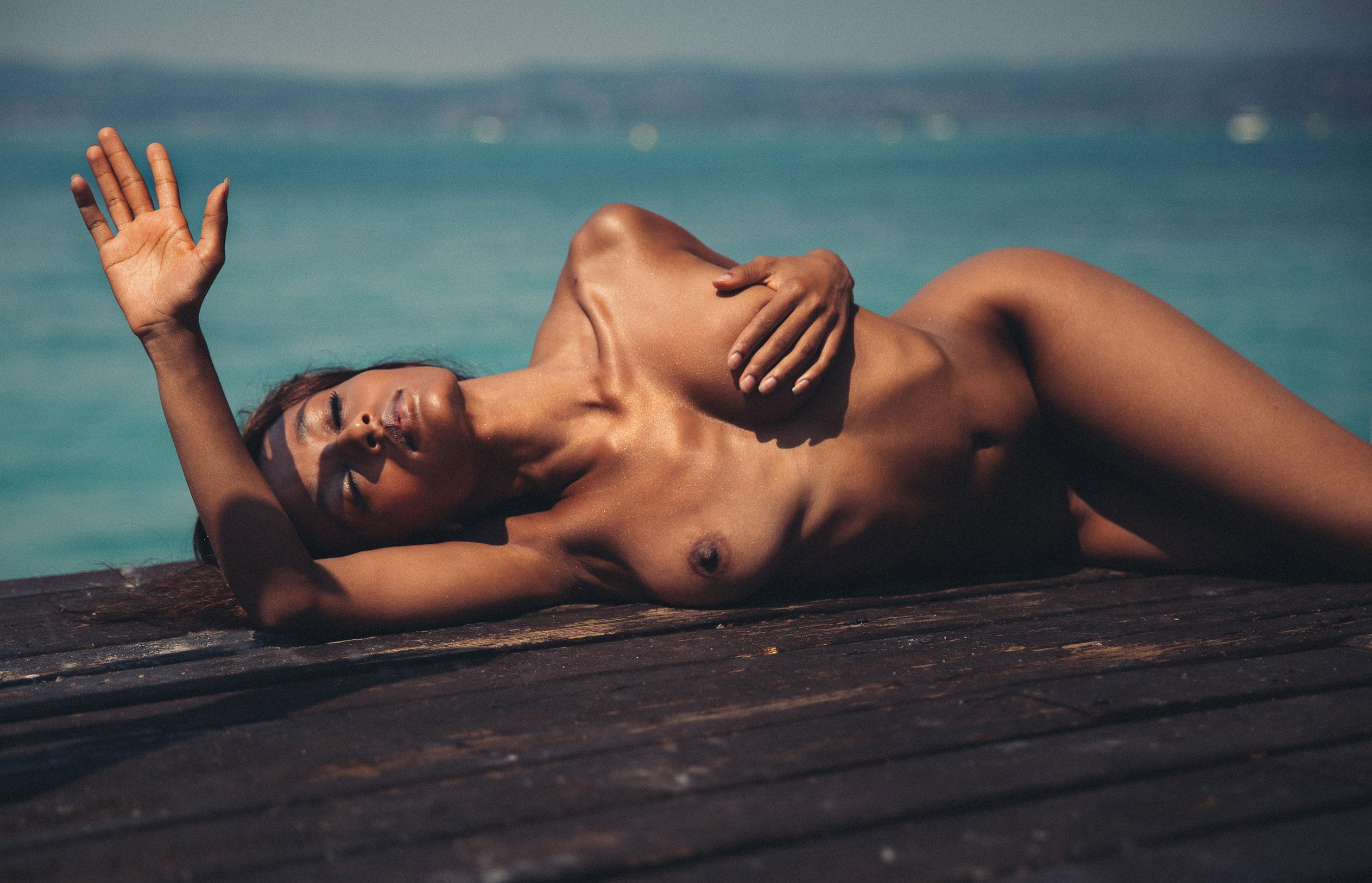 Сексуальная голая девушка загорает под итальянским солнцем / фото 06