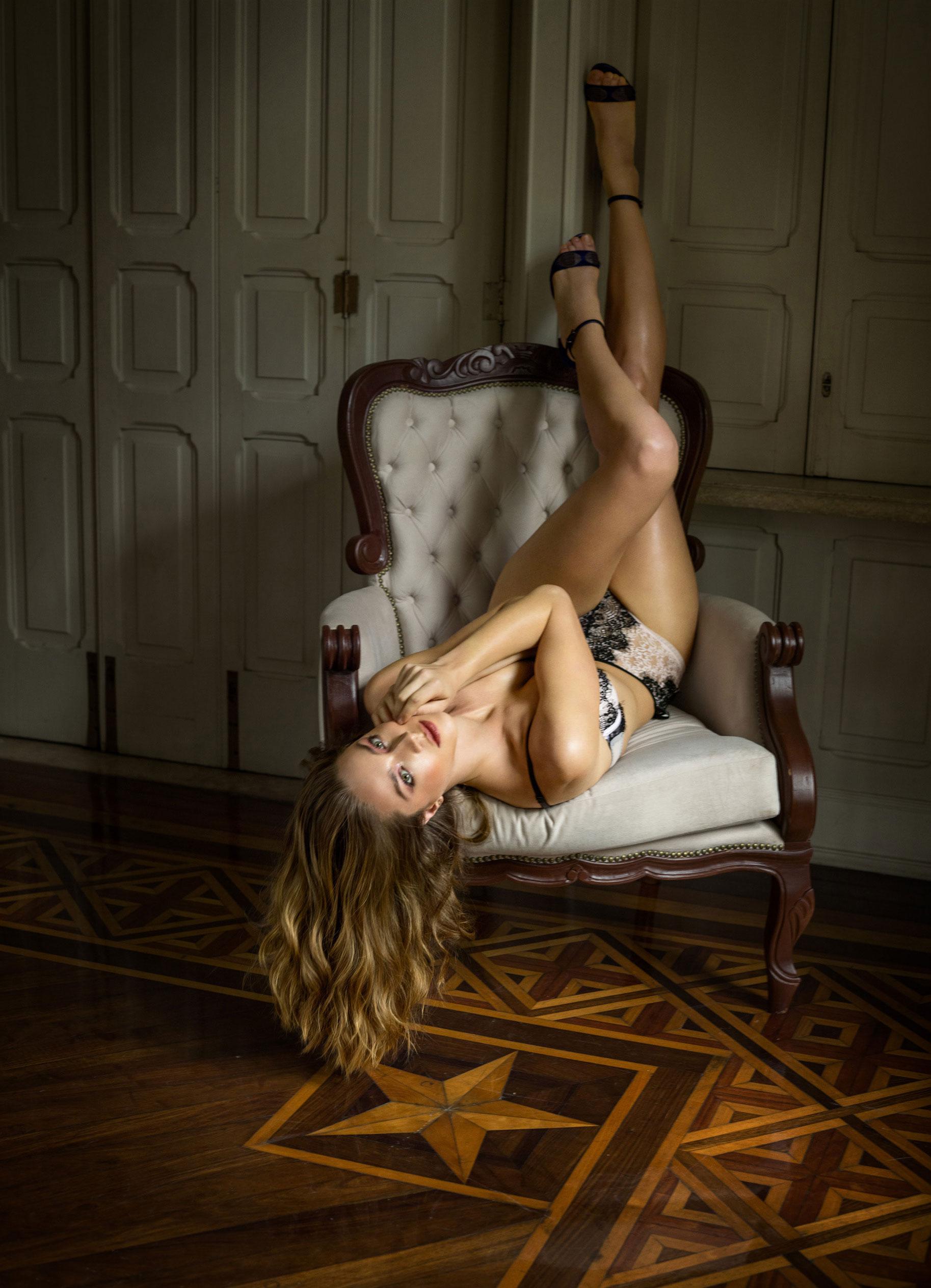Наталья Эденбург исследует незнакомый замок / фото 08
