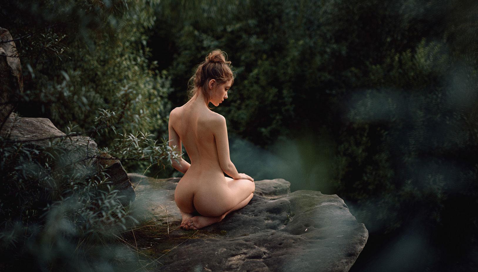 голая Ксения Кокорева на природе / фото 11