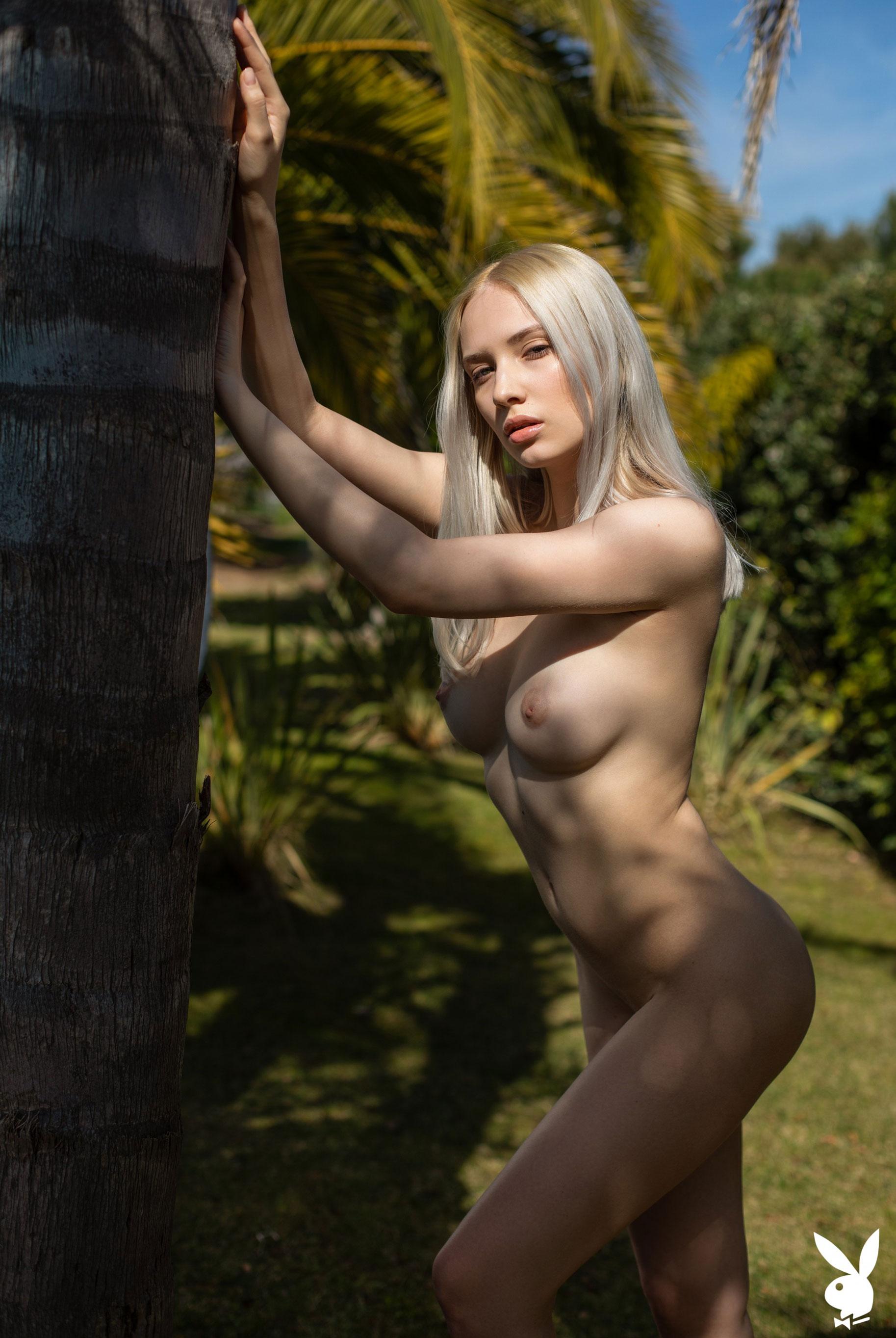 Сексуальная и голая Моника Васп в окружении тропических растений / фото 24