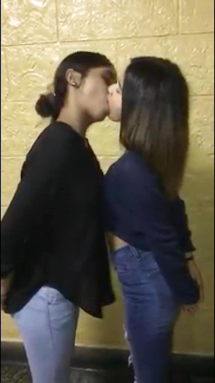 Hottest kiss girls-3600