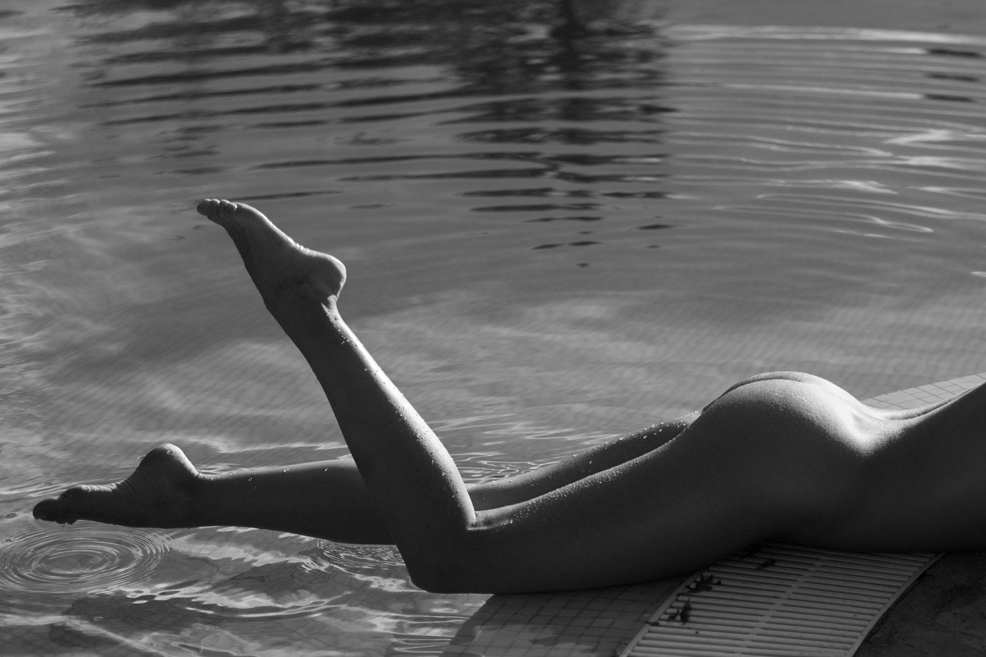 сексуальная обнаженная девушка отдыхает у бассейна / фото 25