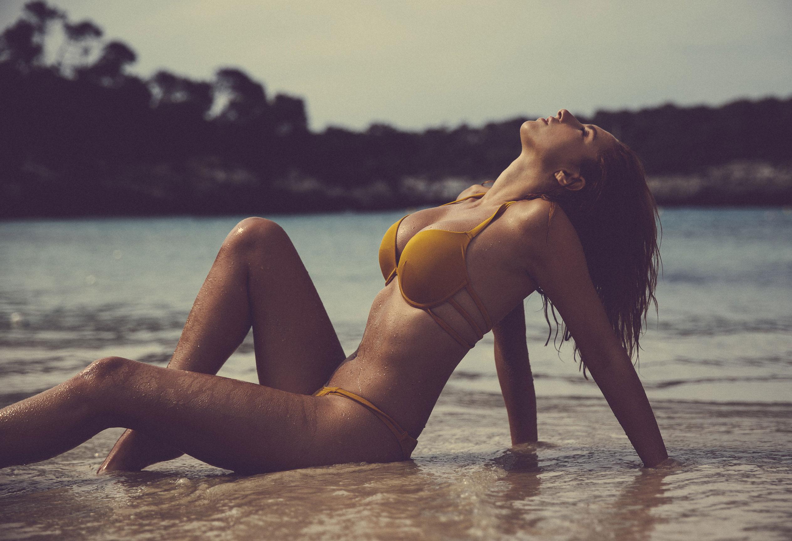 голая София на пляже / фото 02