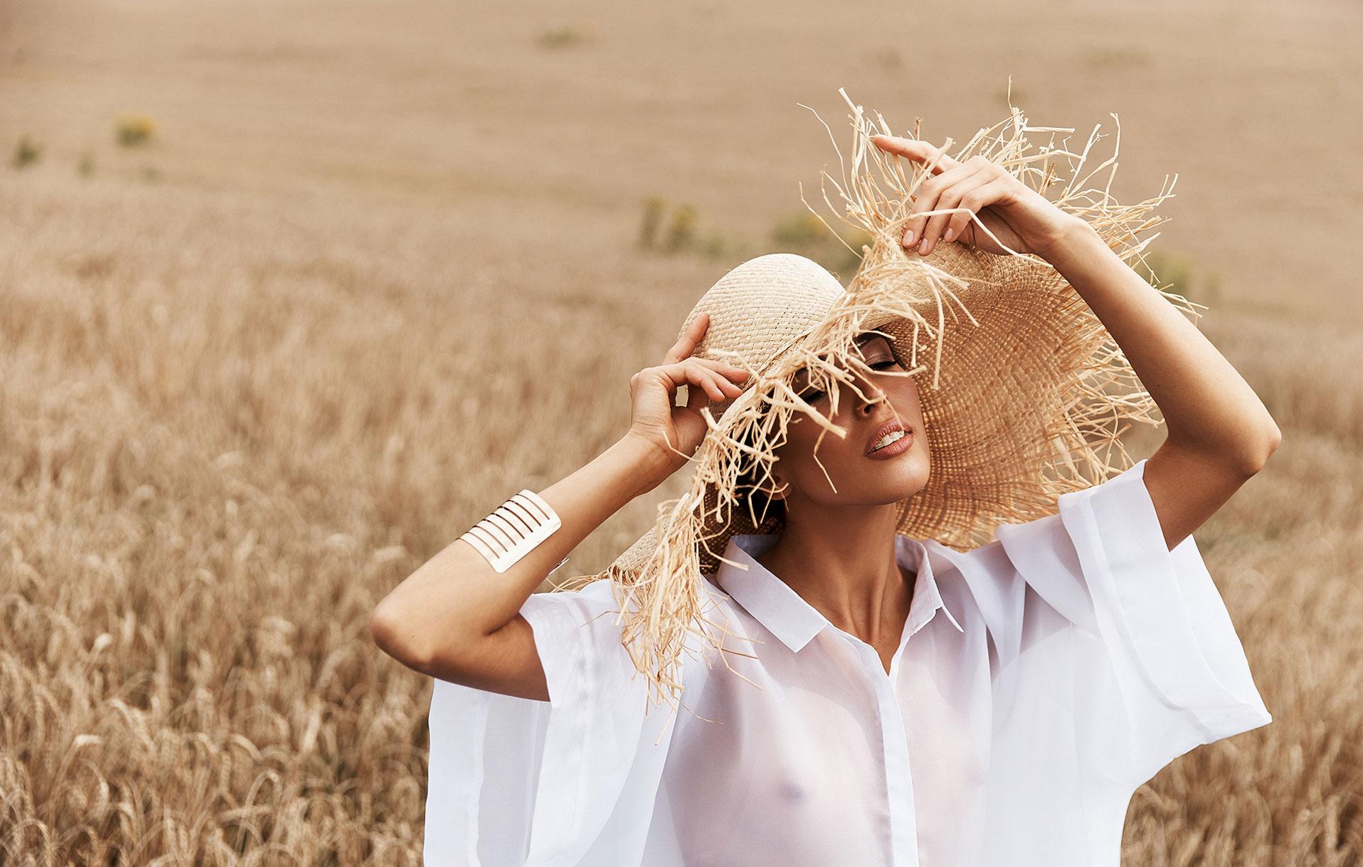 Красивая сексуальная девушка в пшеничном поле / фото 05