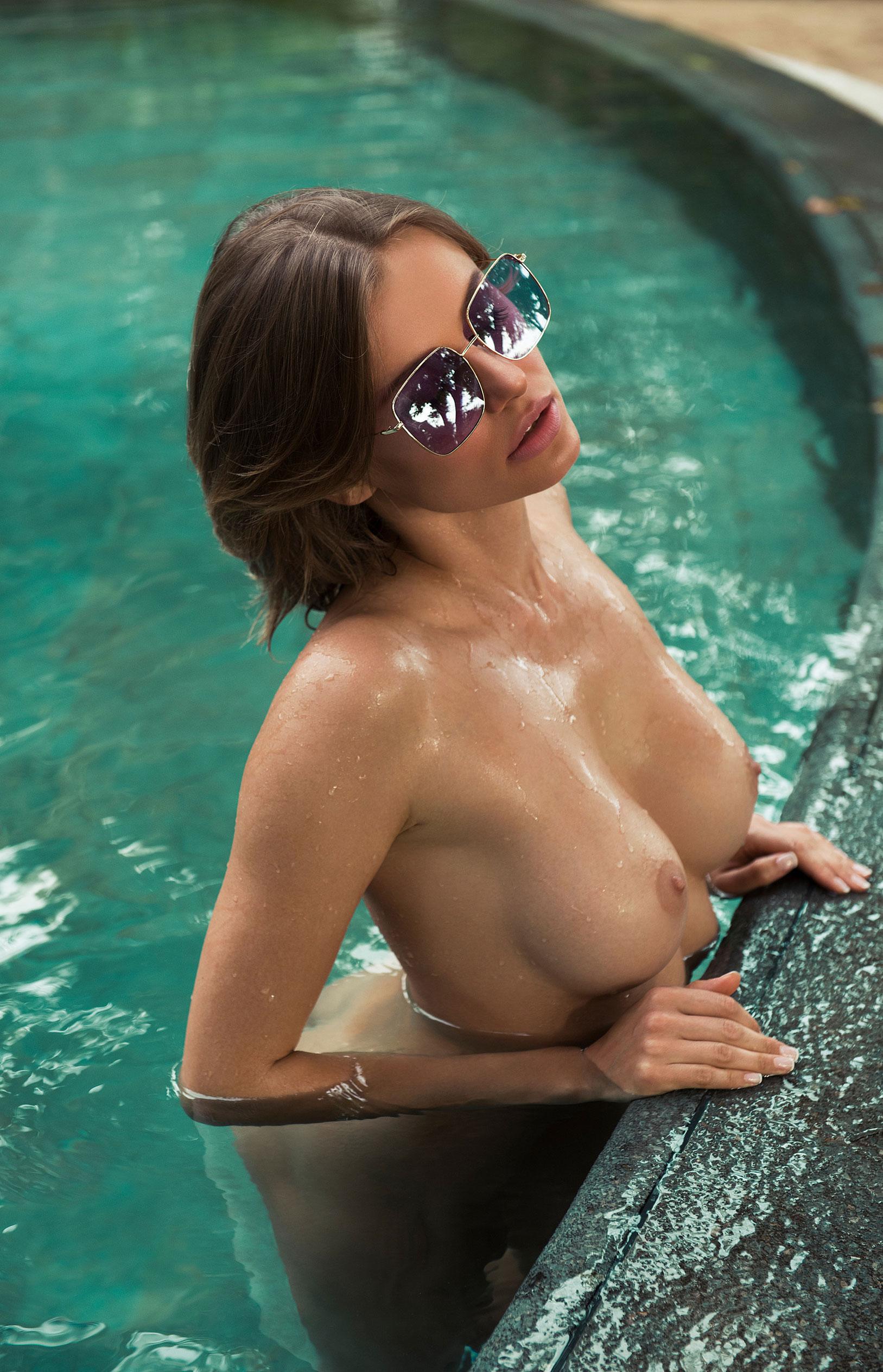 голая Ольга де Мар в бассейне / фото 07