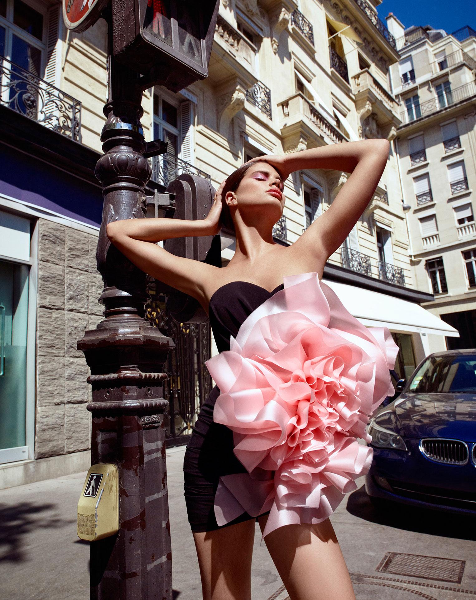 Сара Сампайо демонстрирует модные наряды на улицах и балконах Парижа / фото 05