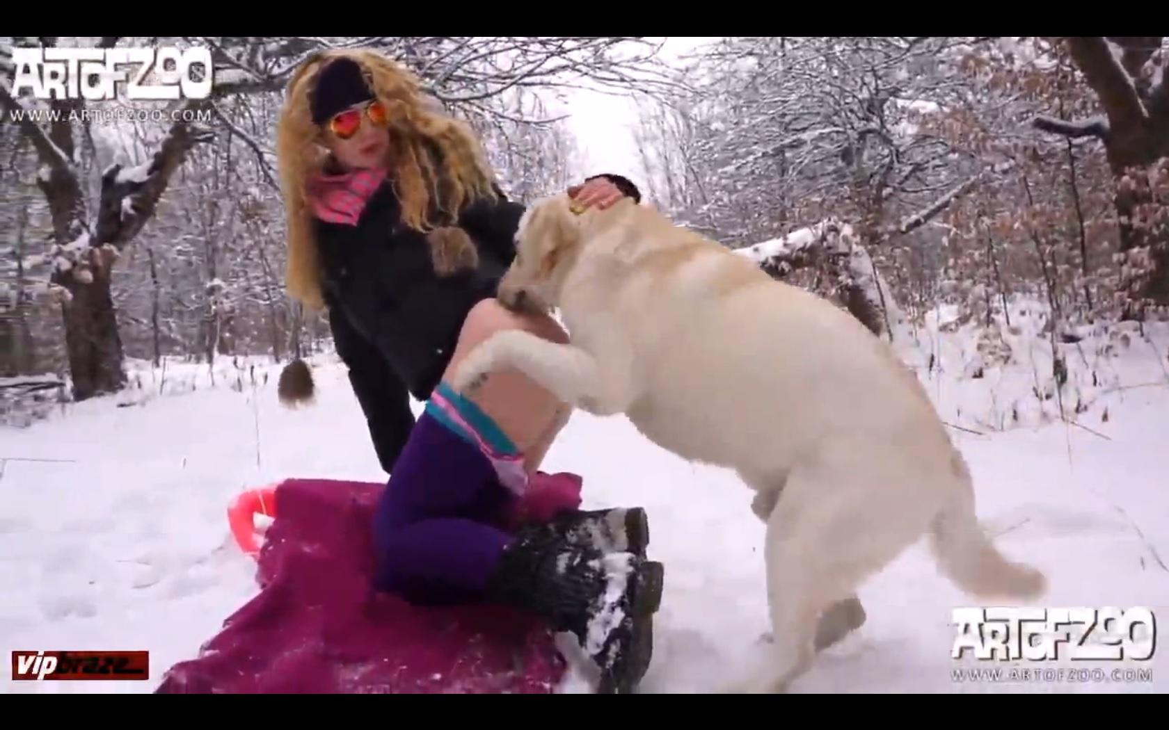 سكس حيوانات – تتناك من الكلب وسط الثليج من اجل ارضاء شهوتها الساخنة