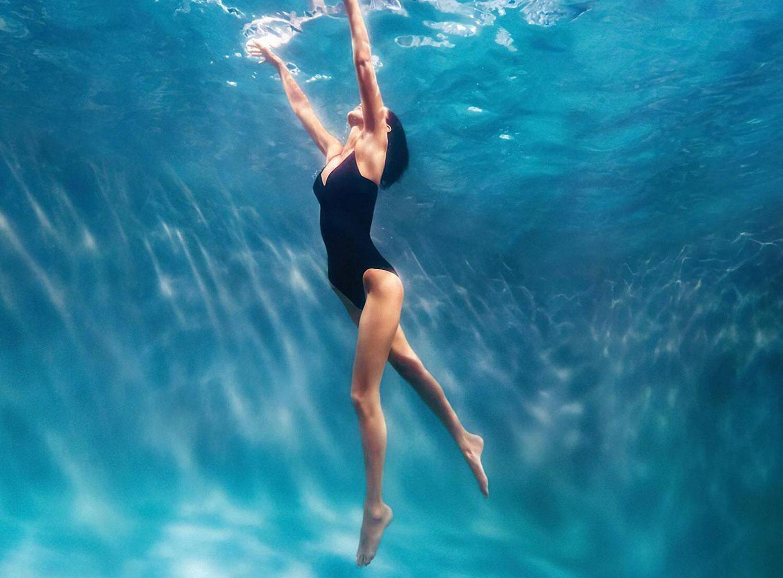 Белла Хадид в рекламной кампании купальников Calvin Klein, 2020 год / фото 12