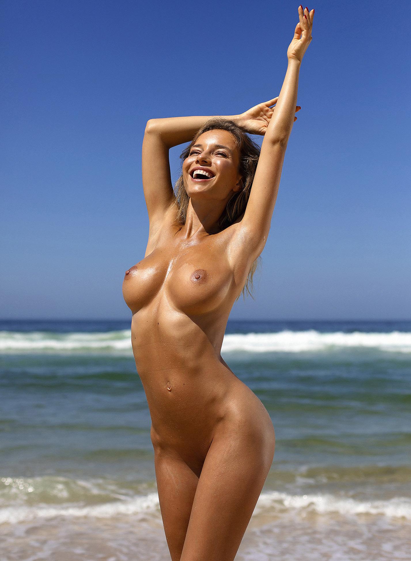 Сексуальная голая Наталья Андреева под жарким солнцем на диком пляже в Португалии / фото 21