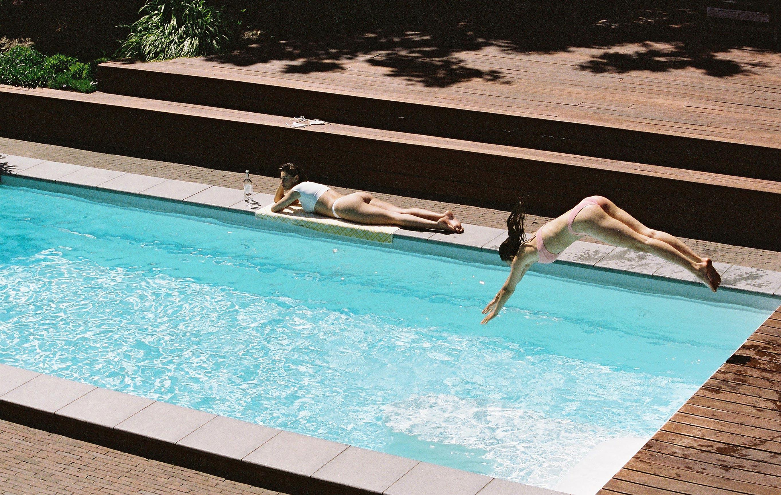 Челси и Талисса отдыхают на вилле с бассейном / фото 01