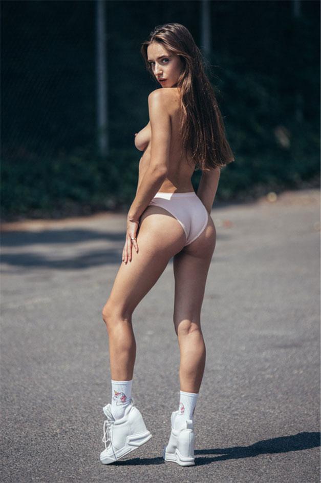 голая девушка гуляет по городу / фото 07