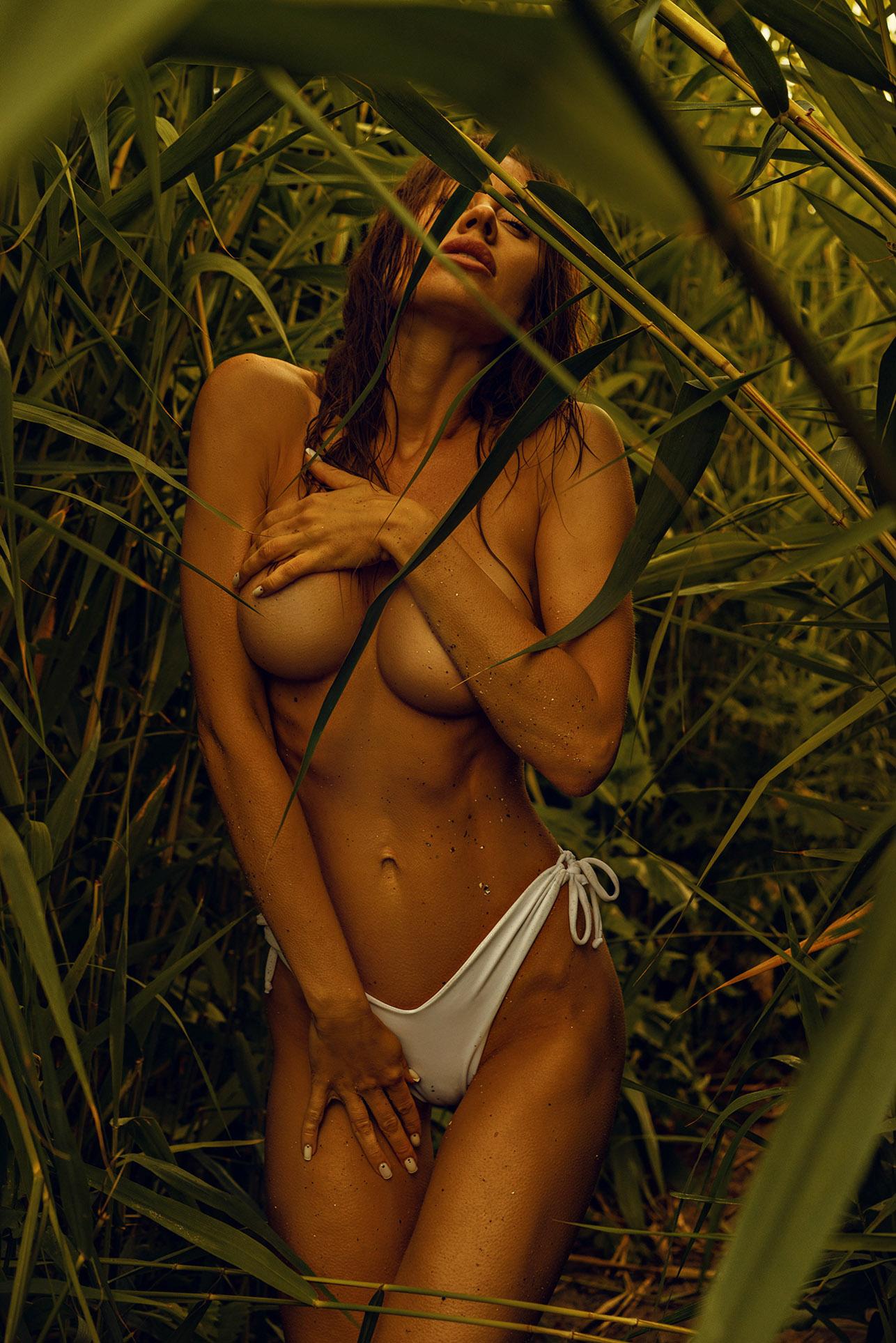 Утро на пляже с сексуальной полуголой красавицей / фото 17