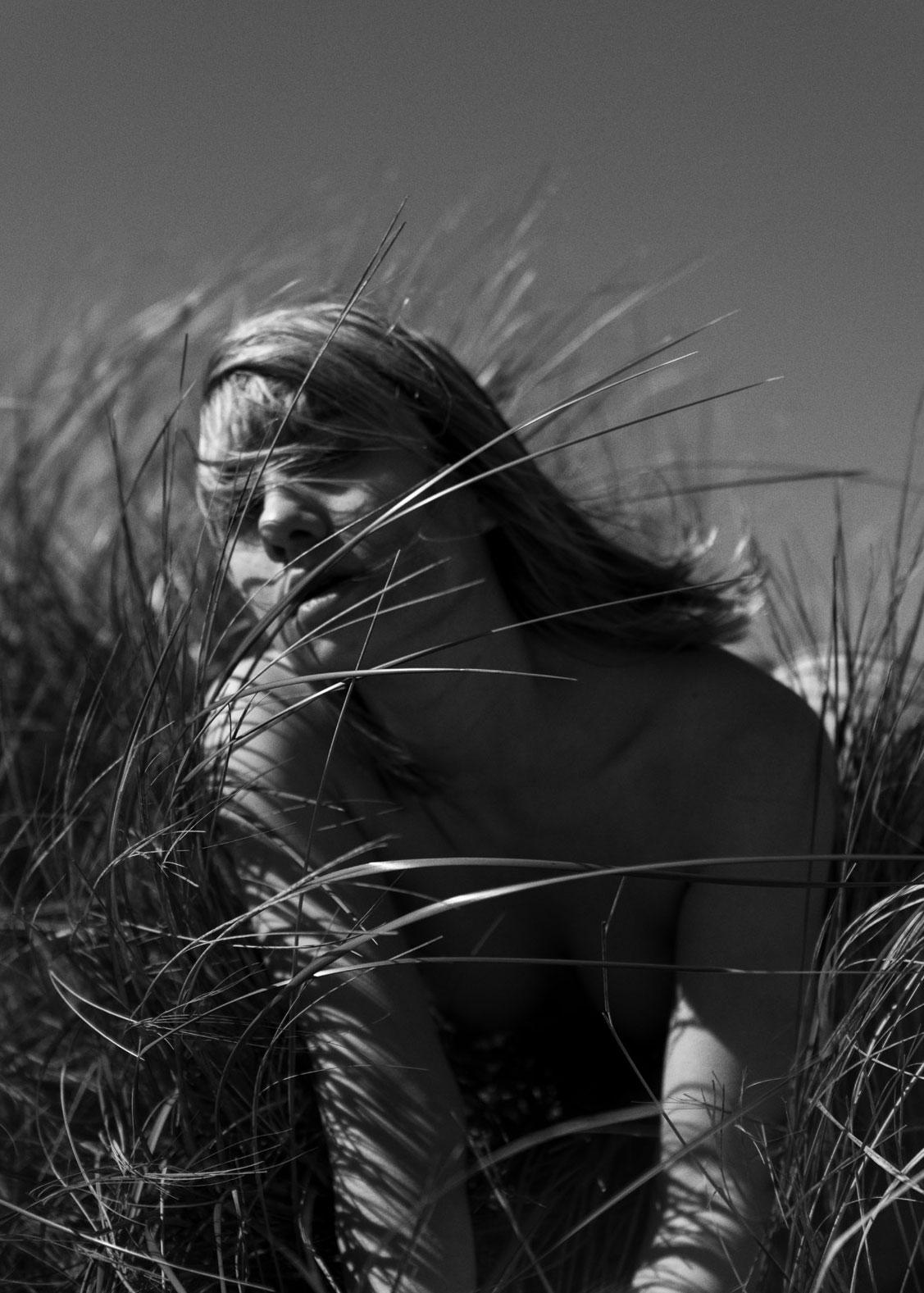 Голая девушка в одиночестве на пляже / фото 09