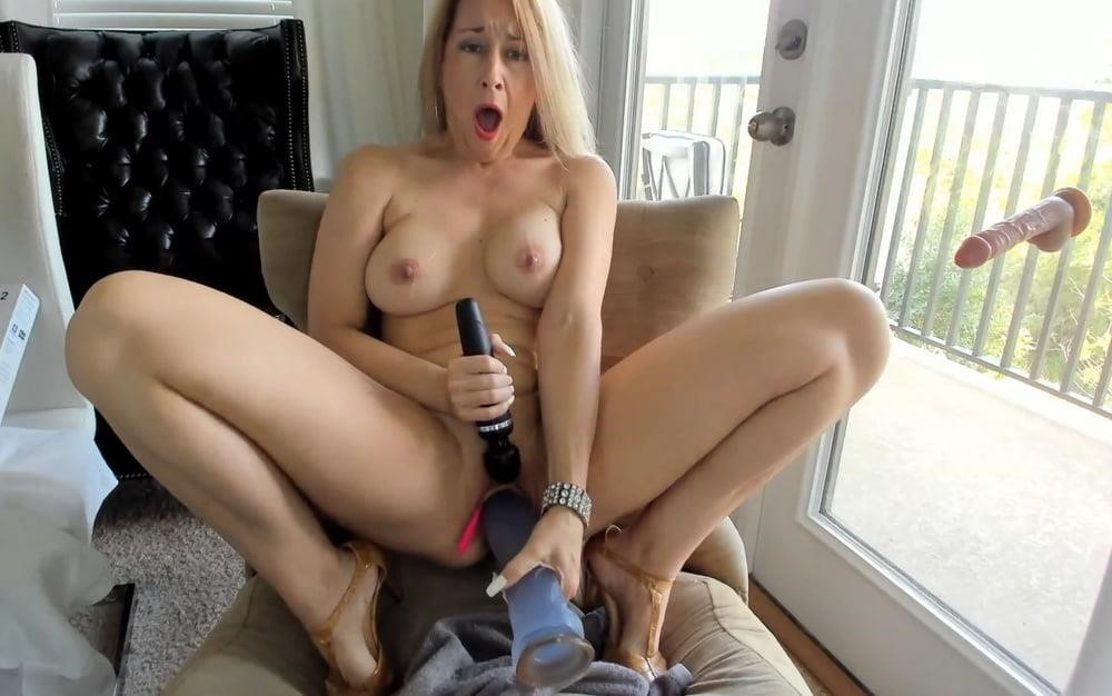 Cunnilingus with vibrator-8350