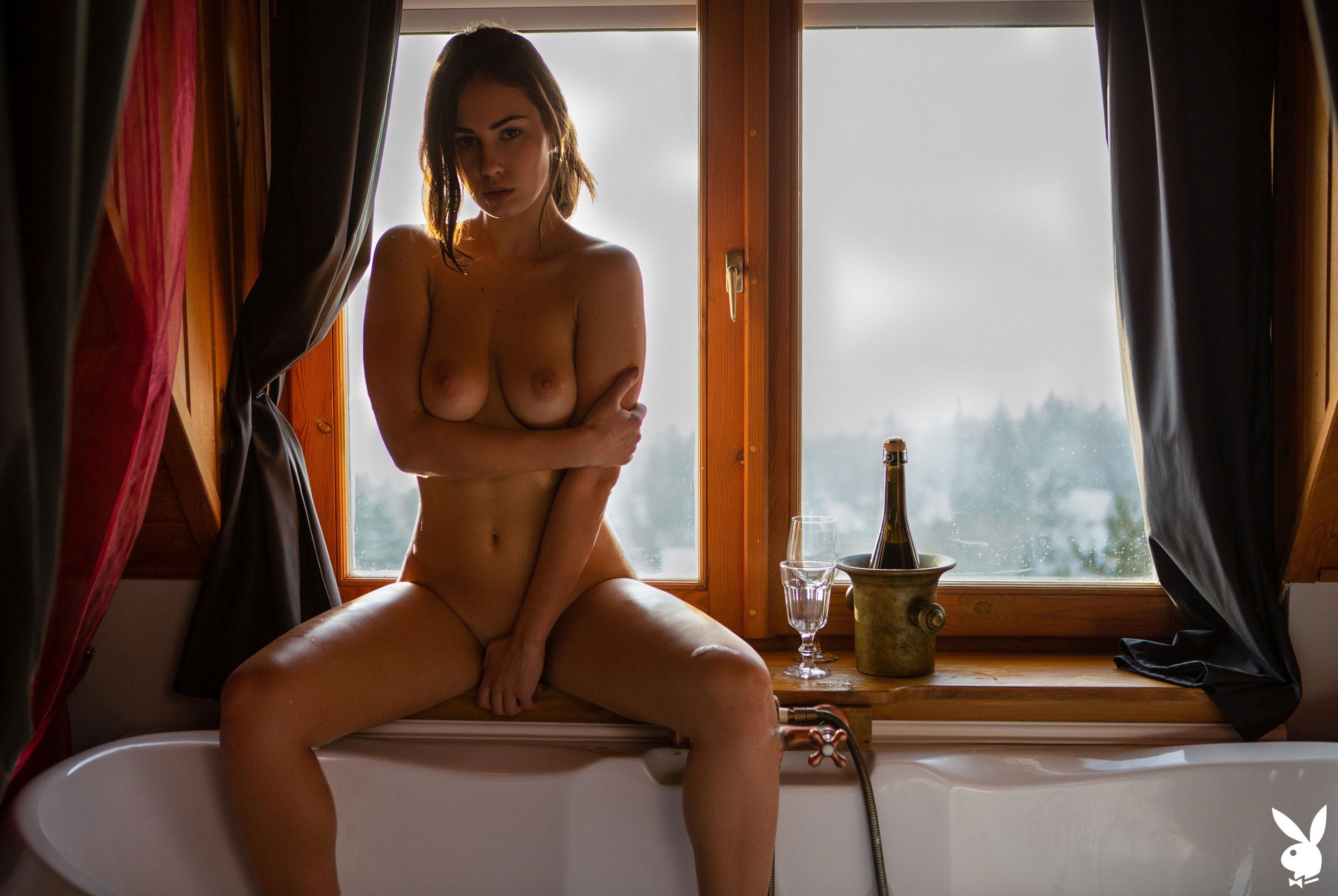 голая Софья Лимма в ванне с шампанским / фото 09