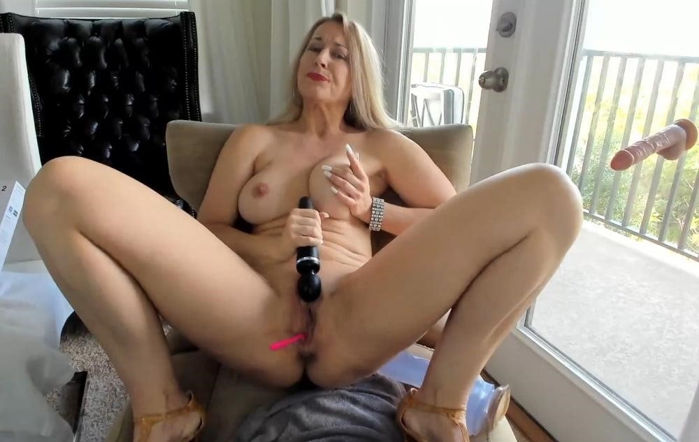 Cunnilingus with vibrator-8380