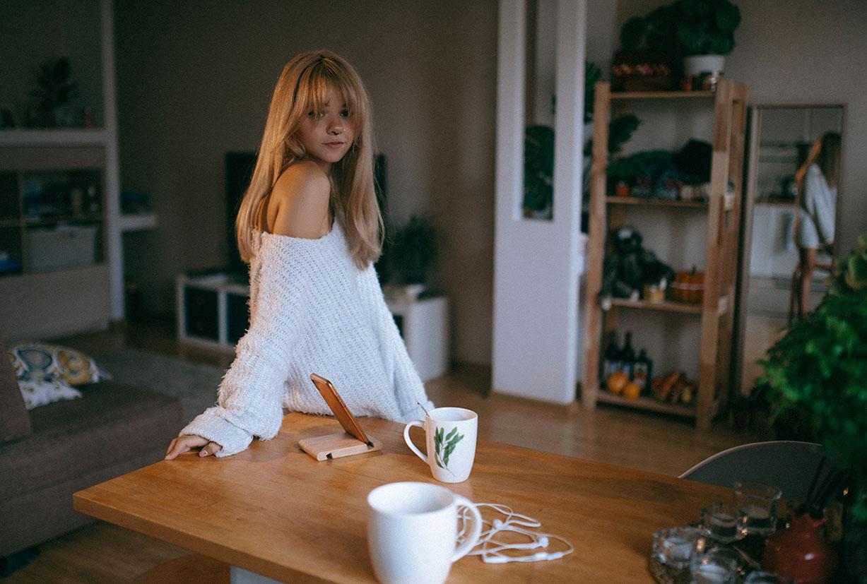 красивая девушка скучает дома одна / фото 07