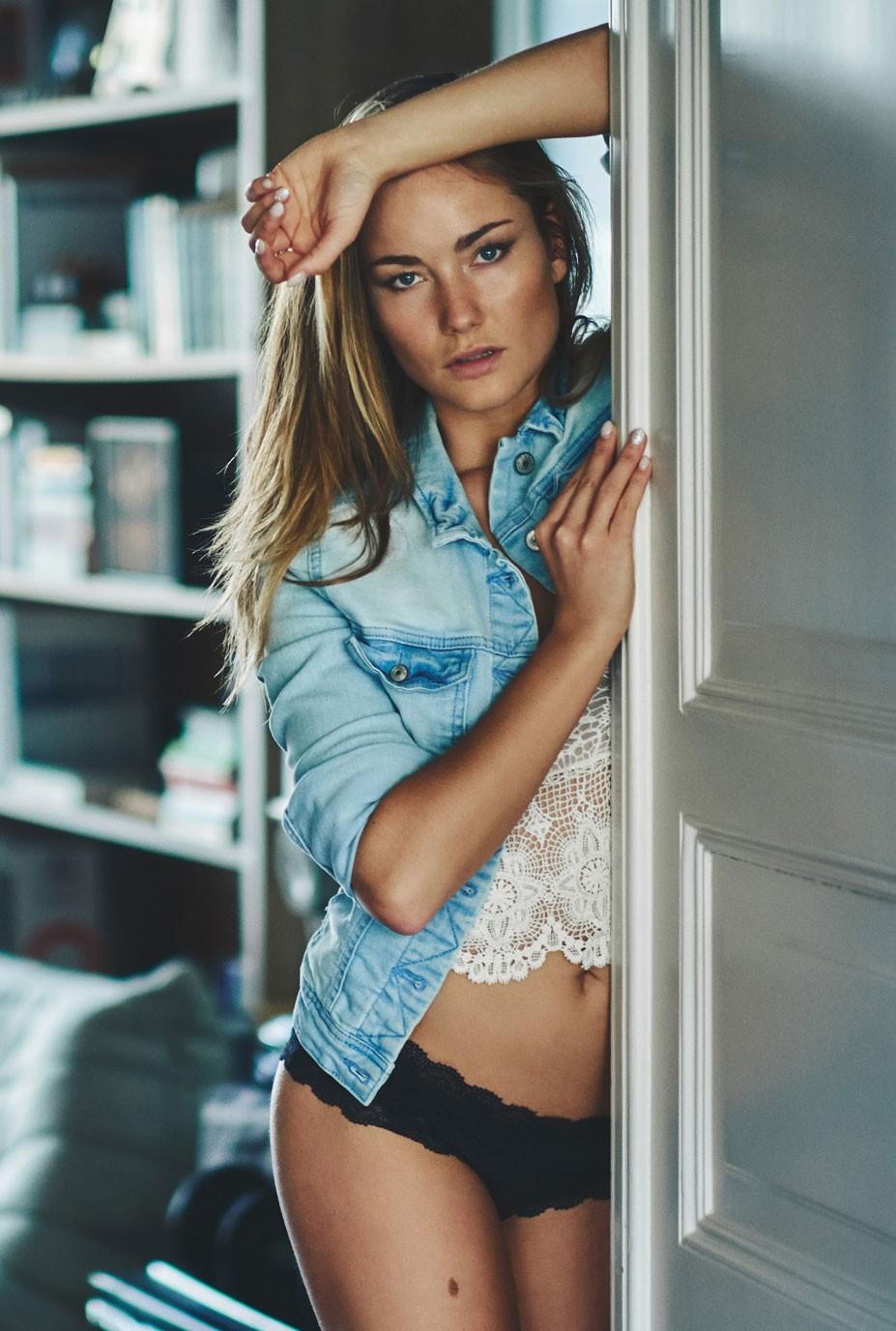голубая джинсовая куртка - Шерил де Йонг / Sherelle de Jong by Michel Verpoorten - Blue still blue