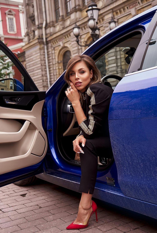 Сексуальная Любовь Калиш на шикарной машине осматривает достопримечательности / фото 07
