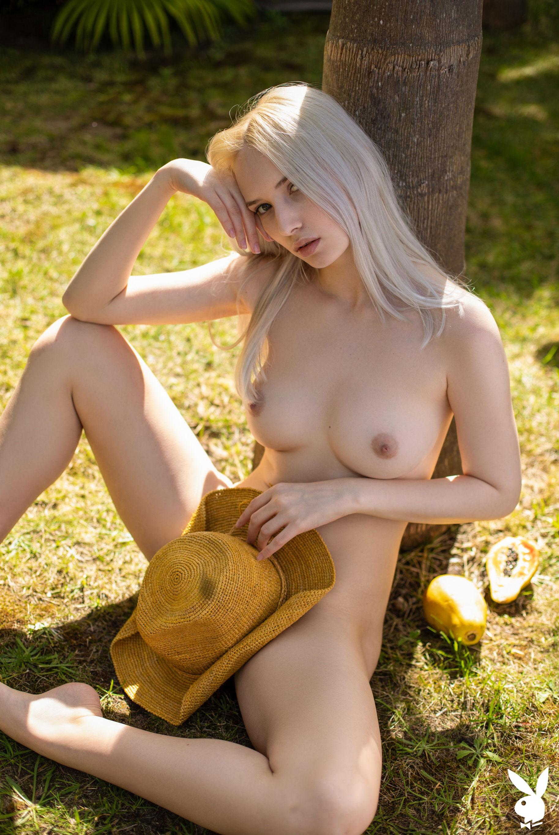 Сексуальная и голая Моника Васп в окружении тропических растений / фото 19