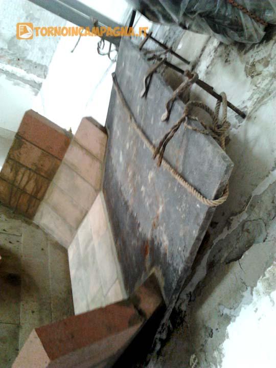 La lastra di ghisa ben ancorata al muro del caminetto durante la costruzione dei muretti.