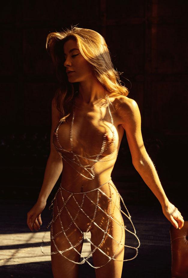 Сексуальная голая девушка в драгоценных цепях / фото 09