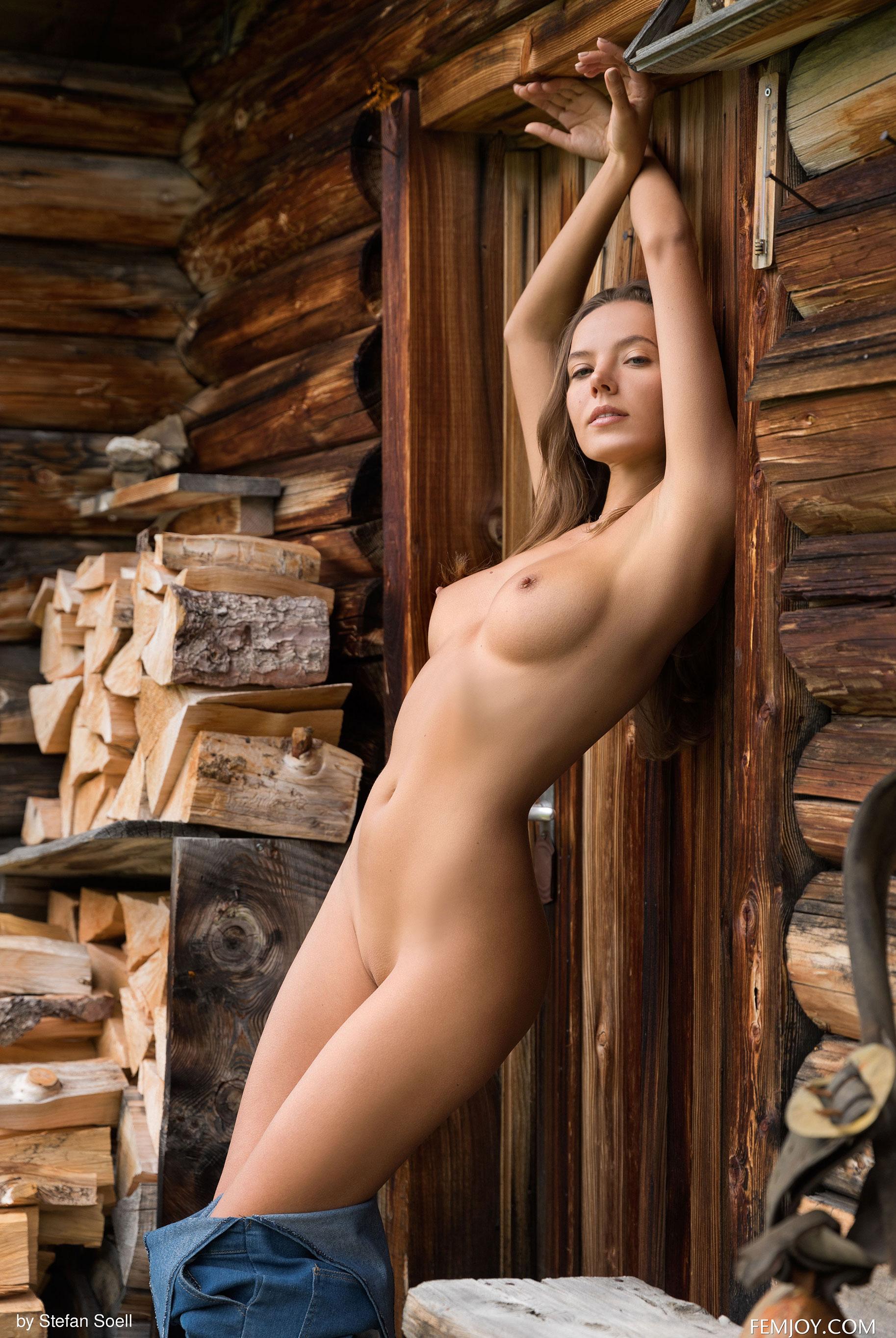 Сексуальная Катя - голая и одинокая в избушке на склоне Альпийских гор / фото 07