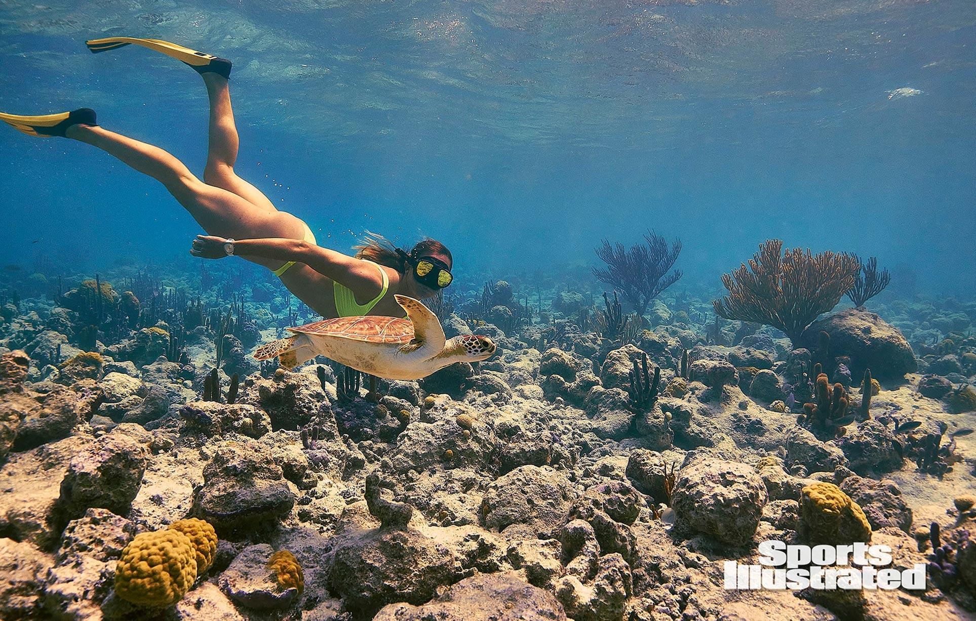Кортни Конлог в каталоге купальников Sports Illustrated Swimsuit 2020 / фото 01