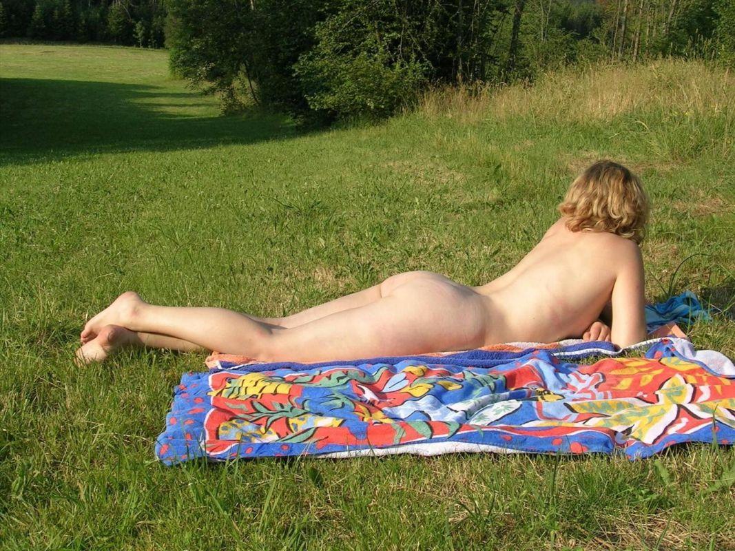 naga na łące