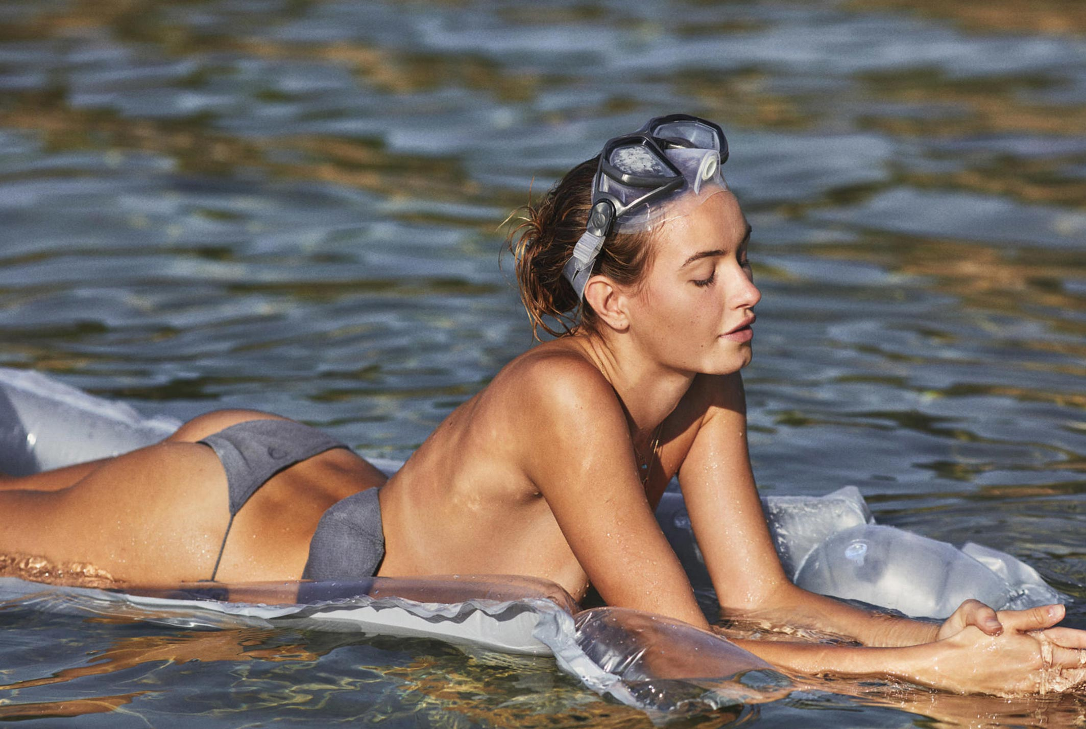 Девушка развлекается на пляже / фото 18