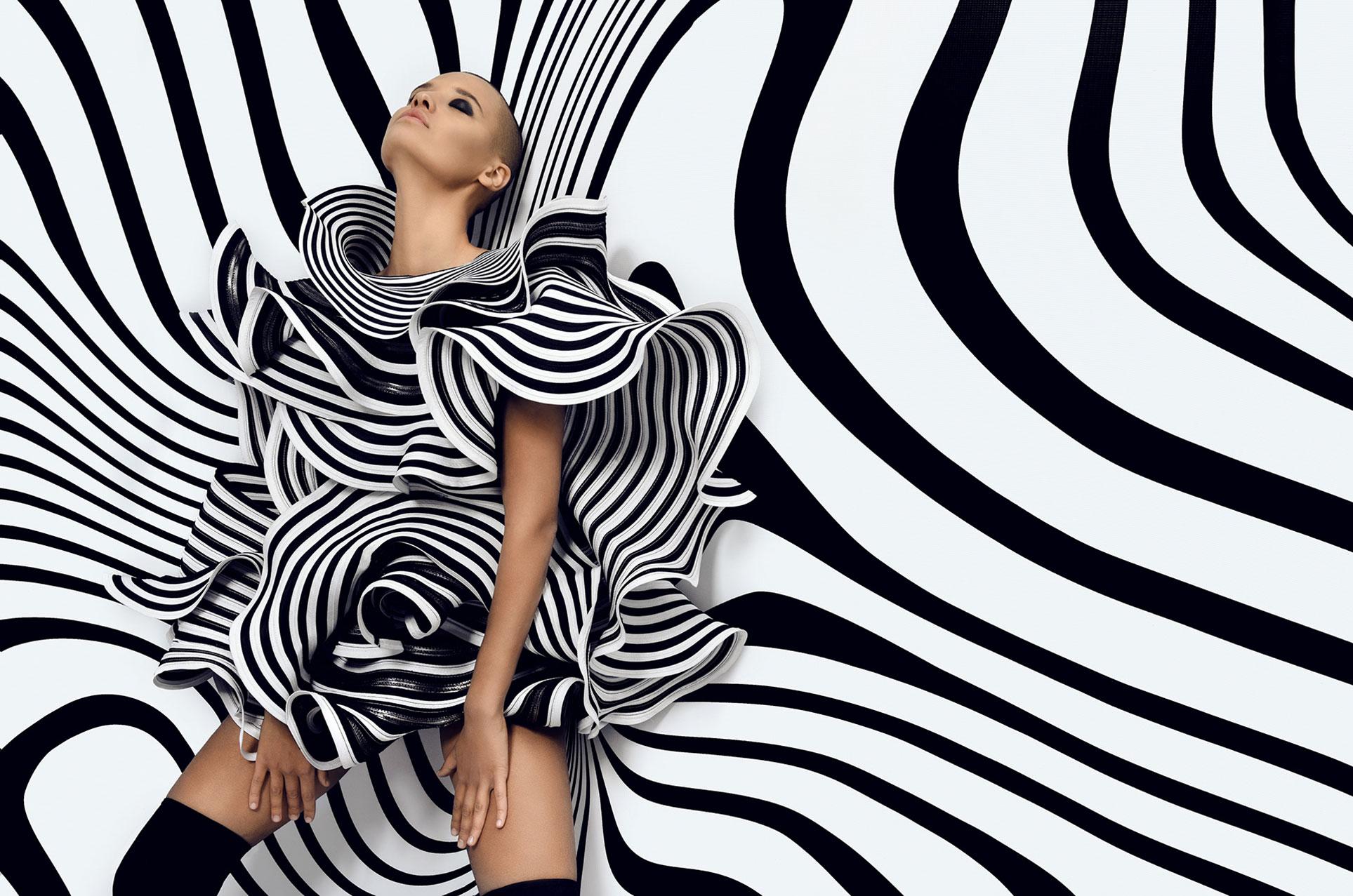 Лиза Сотникова в модной одежде в полосочку / фото 04