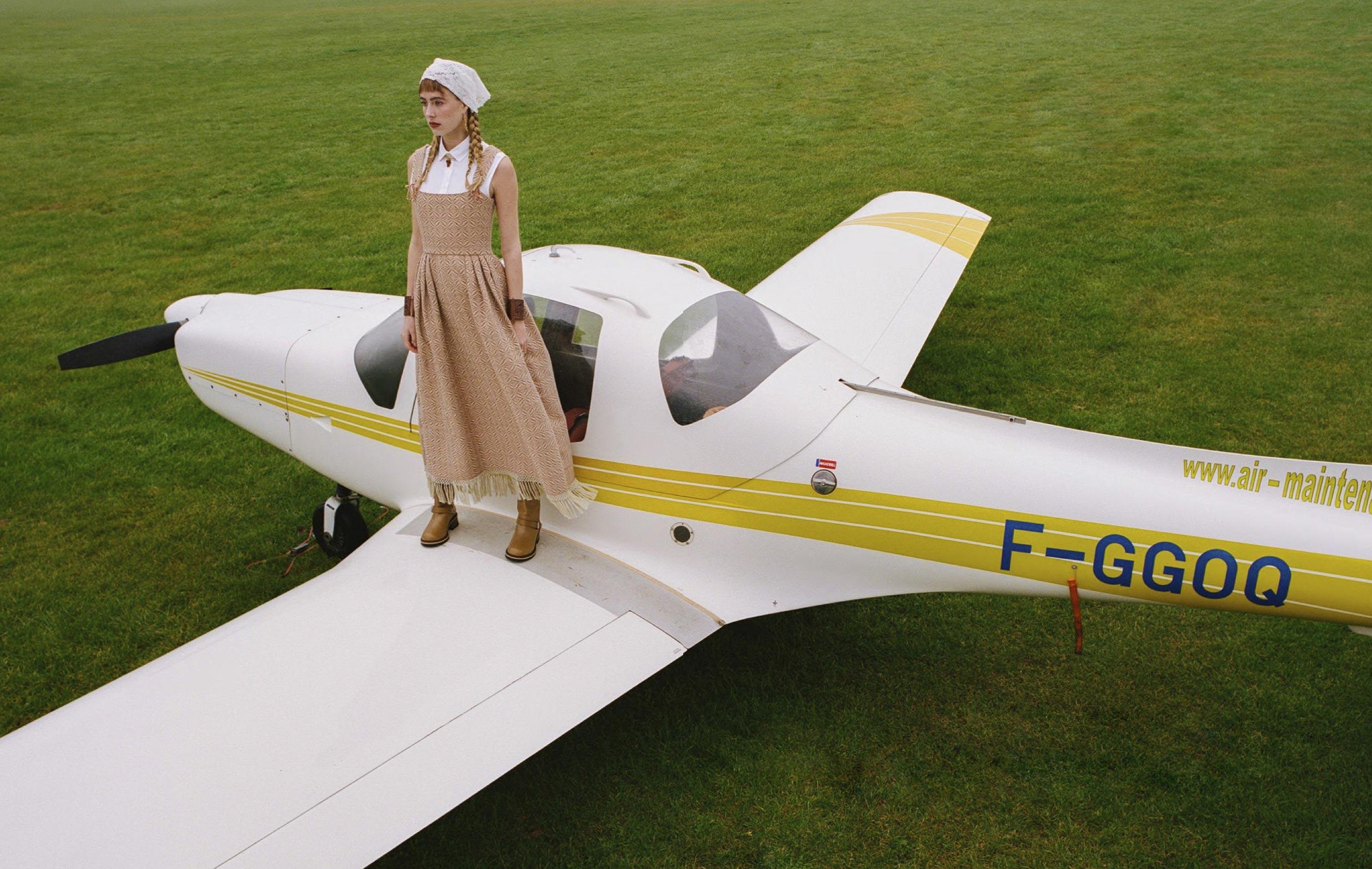 Лолита Гонсалес на крыле самолета / фото 01