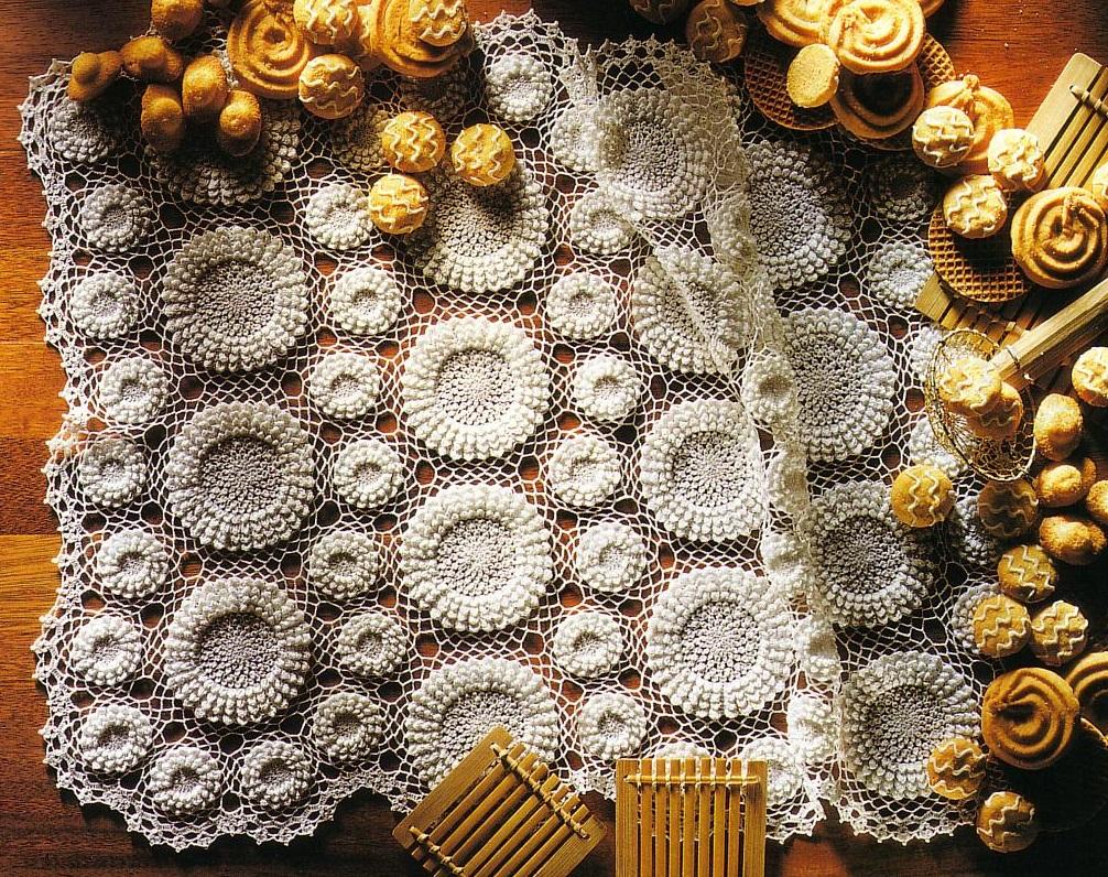 Красивая дорожка из объёмных цветов-розеток крючком