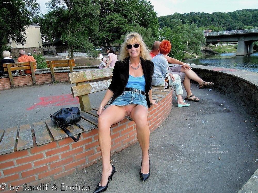 Cunnilingus under skirt-9776