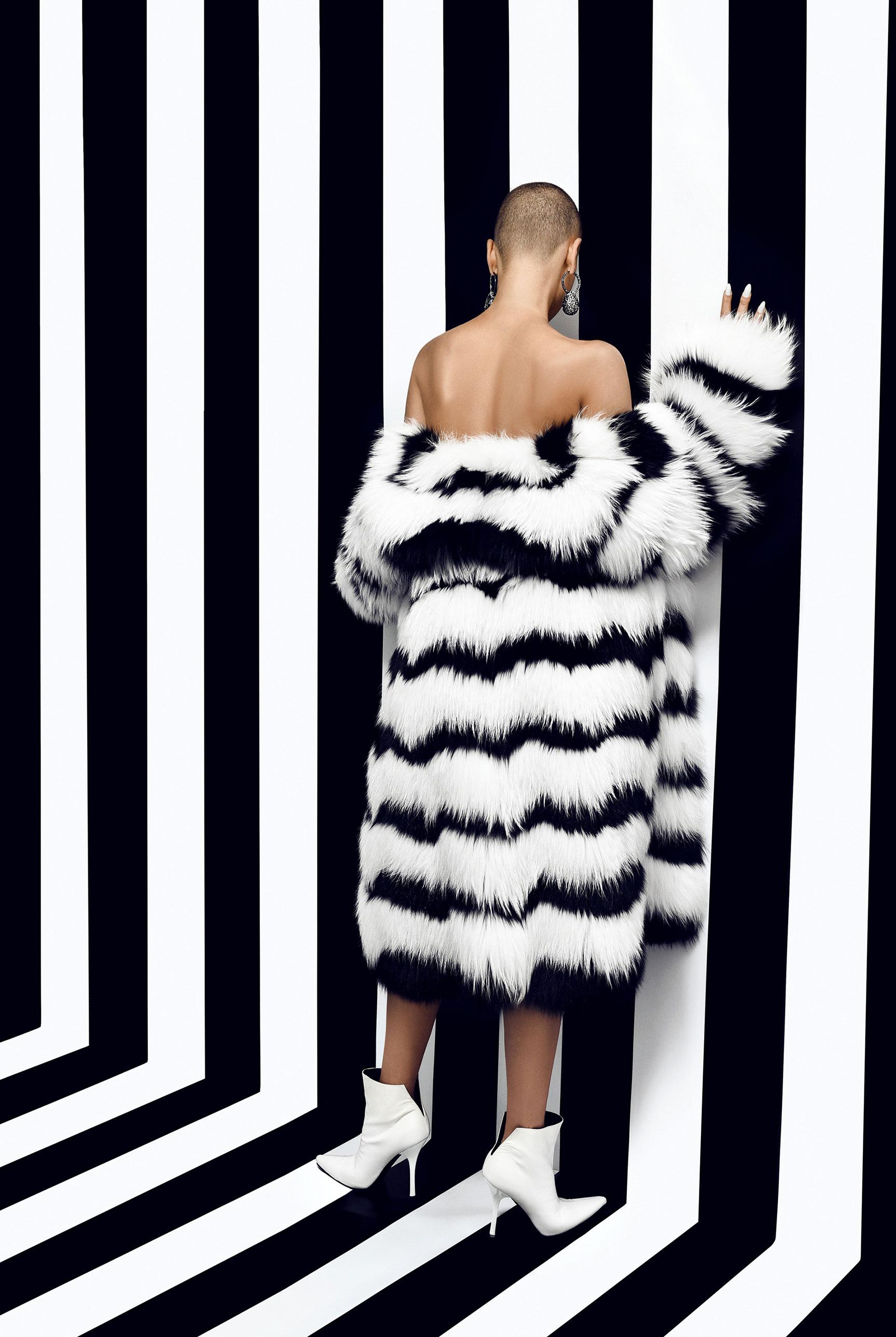 Лиза Сотникова в модной одежде в полосочку / фото 08