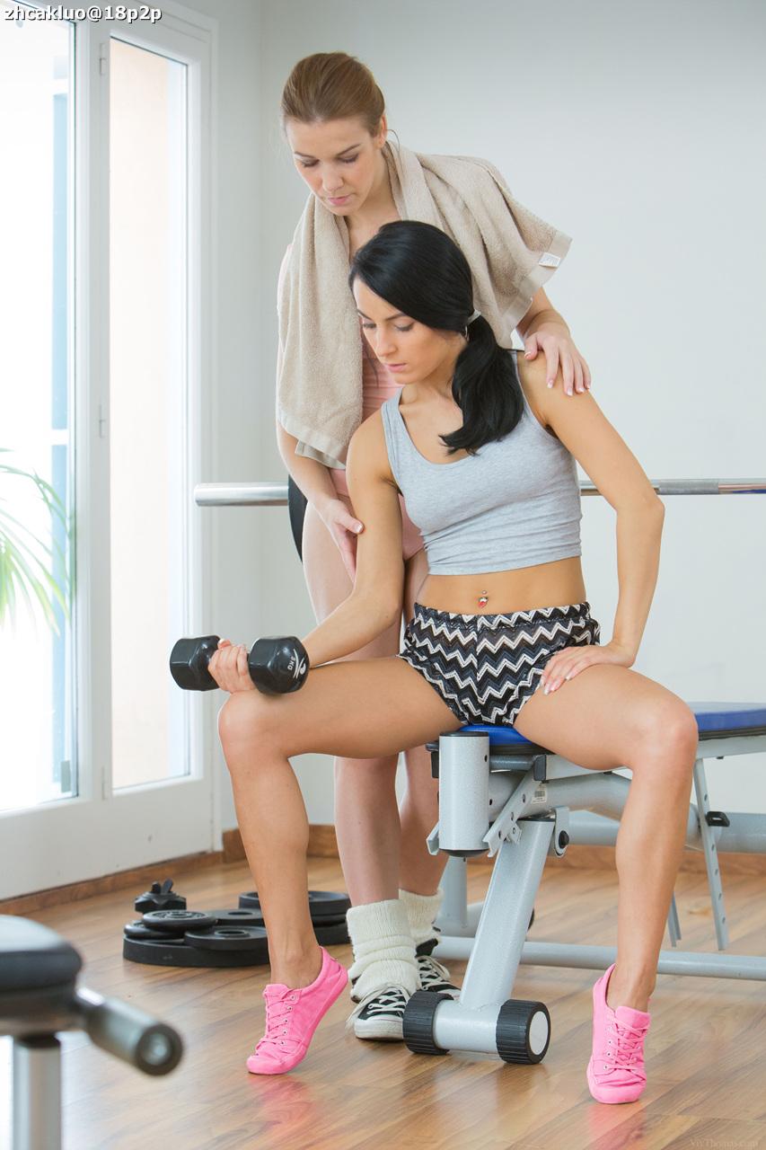 Dos chicas se chupan la concha en el gimnasio