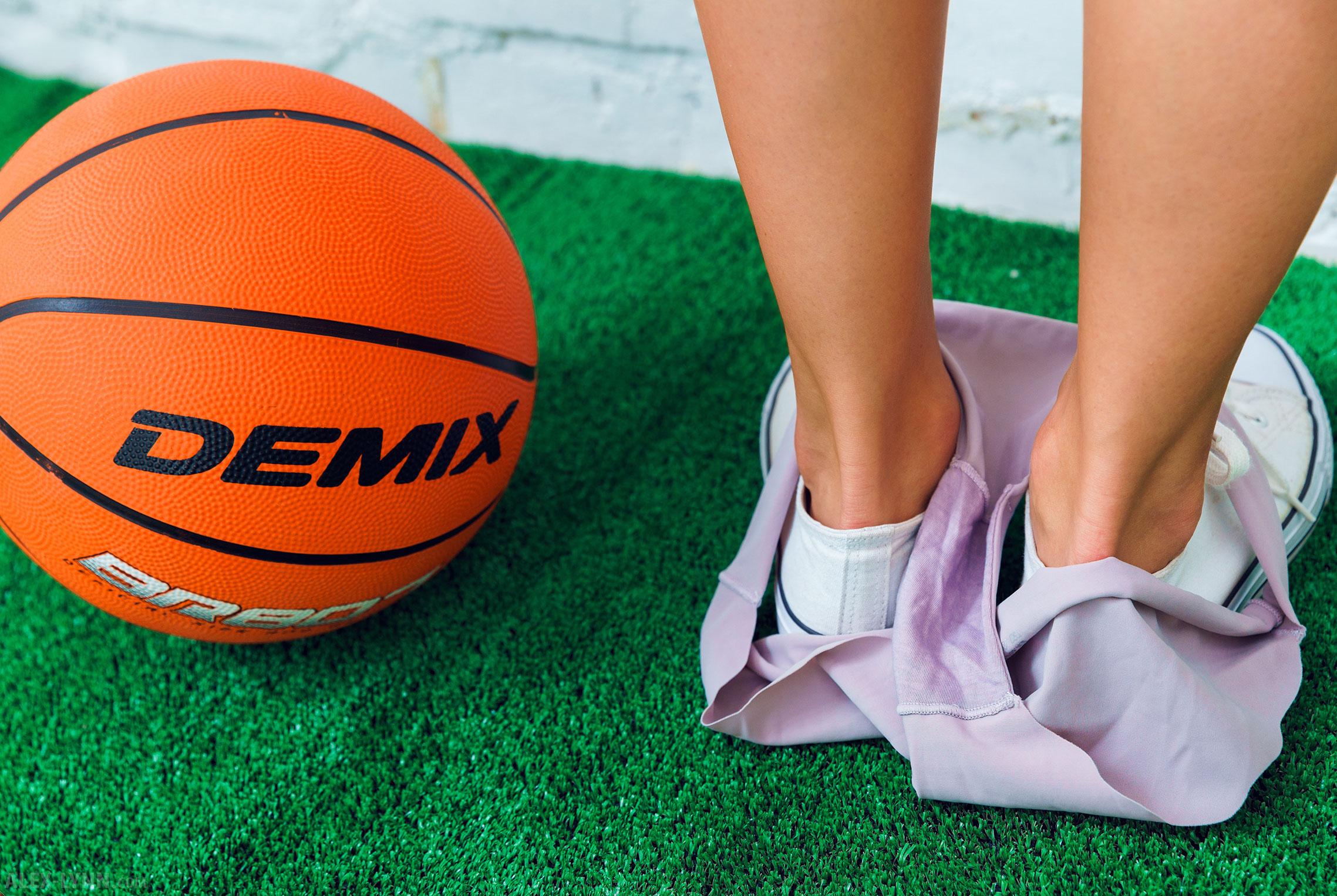 Играем в баскетбол красиво / голая Наталья Войнар с баскетбольным мячом / фото 11