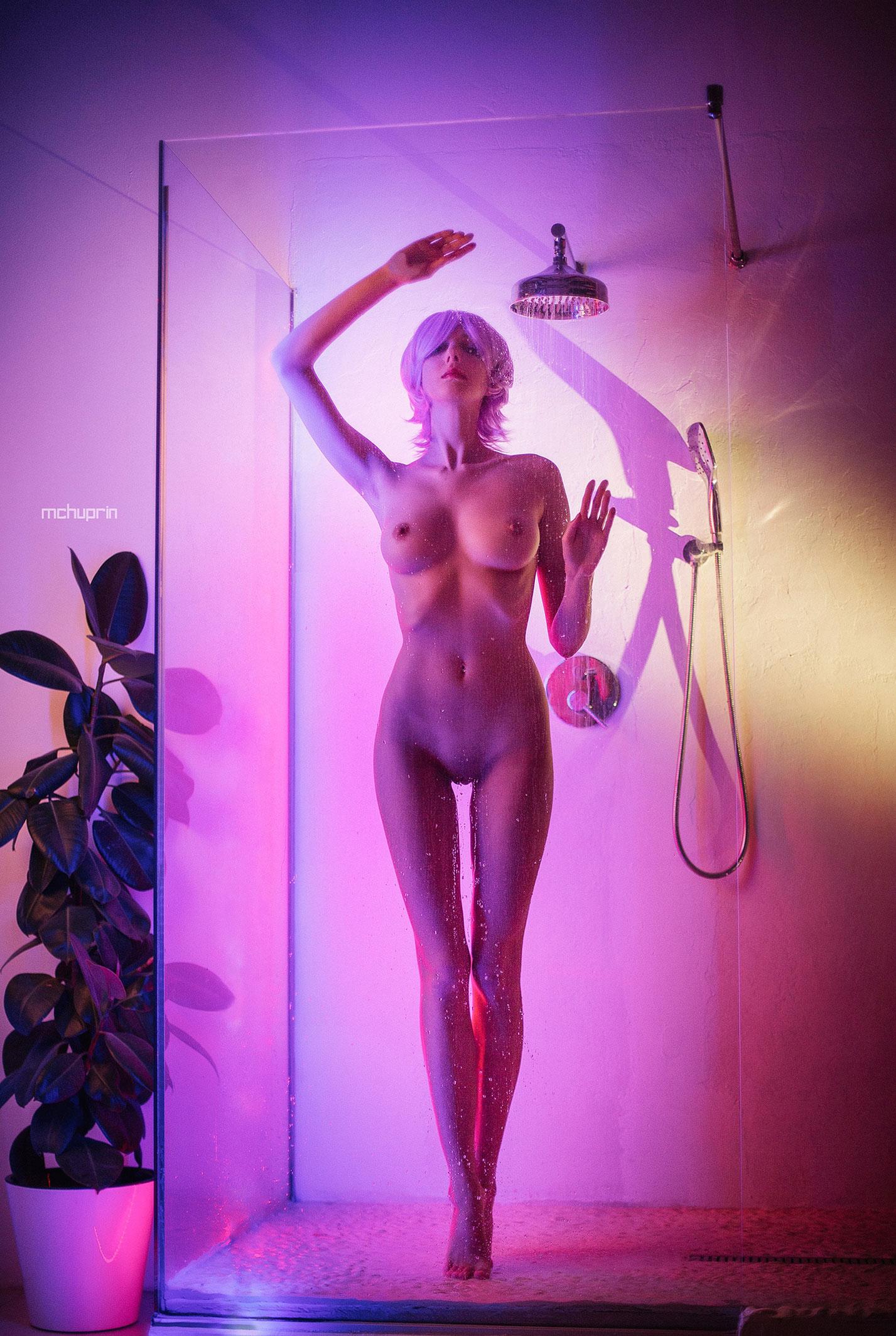 Катерина Райх принимает душ в пурпурных тонах / фото 03