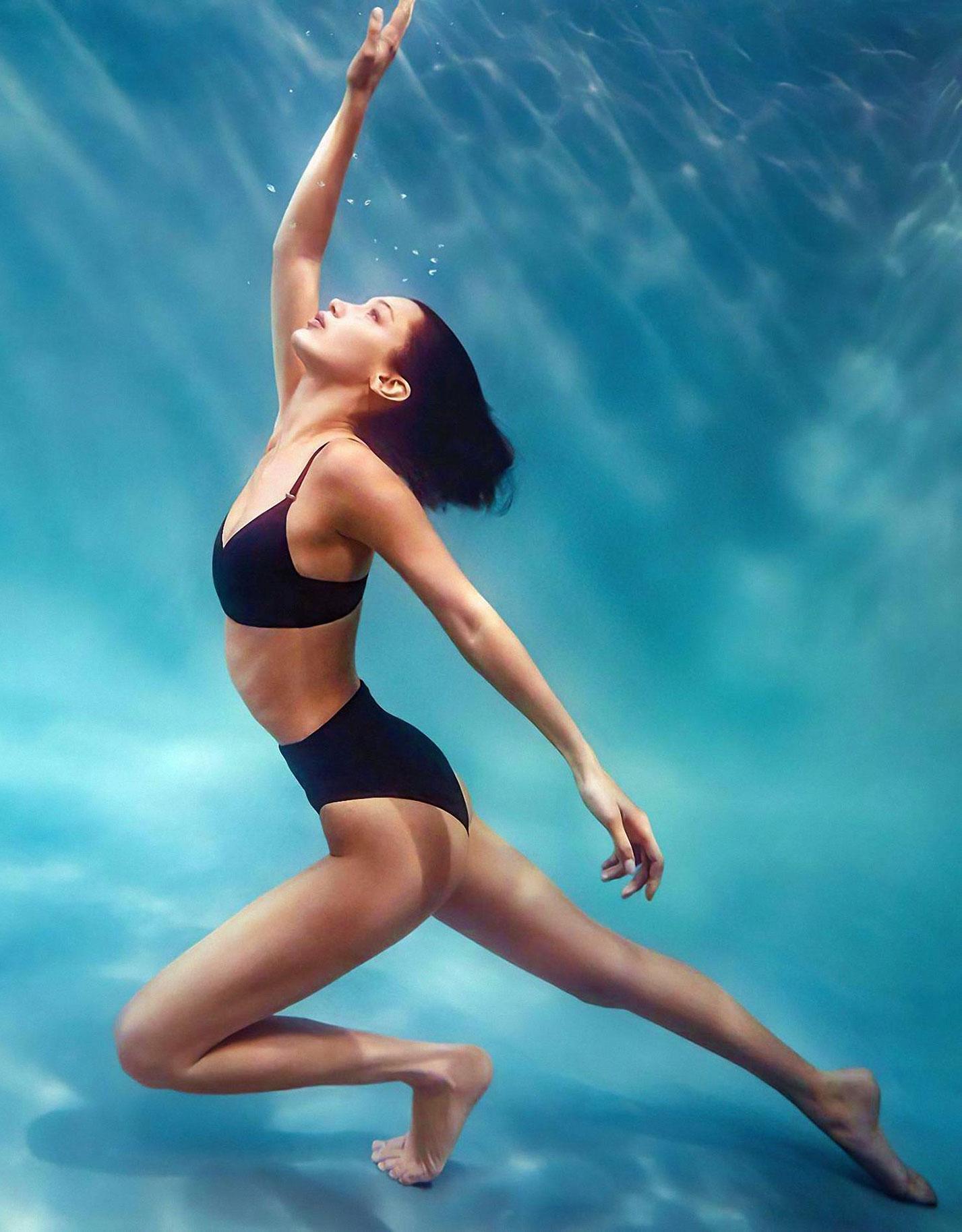 Белла Хадид в рекламной кампании купальников Calvin Klein, 2020 год / фото 10