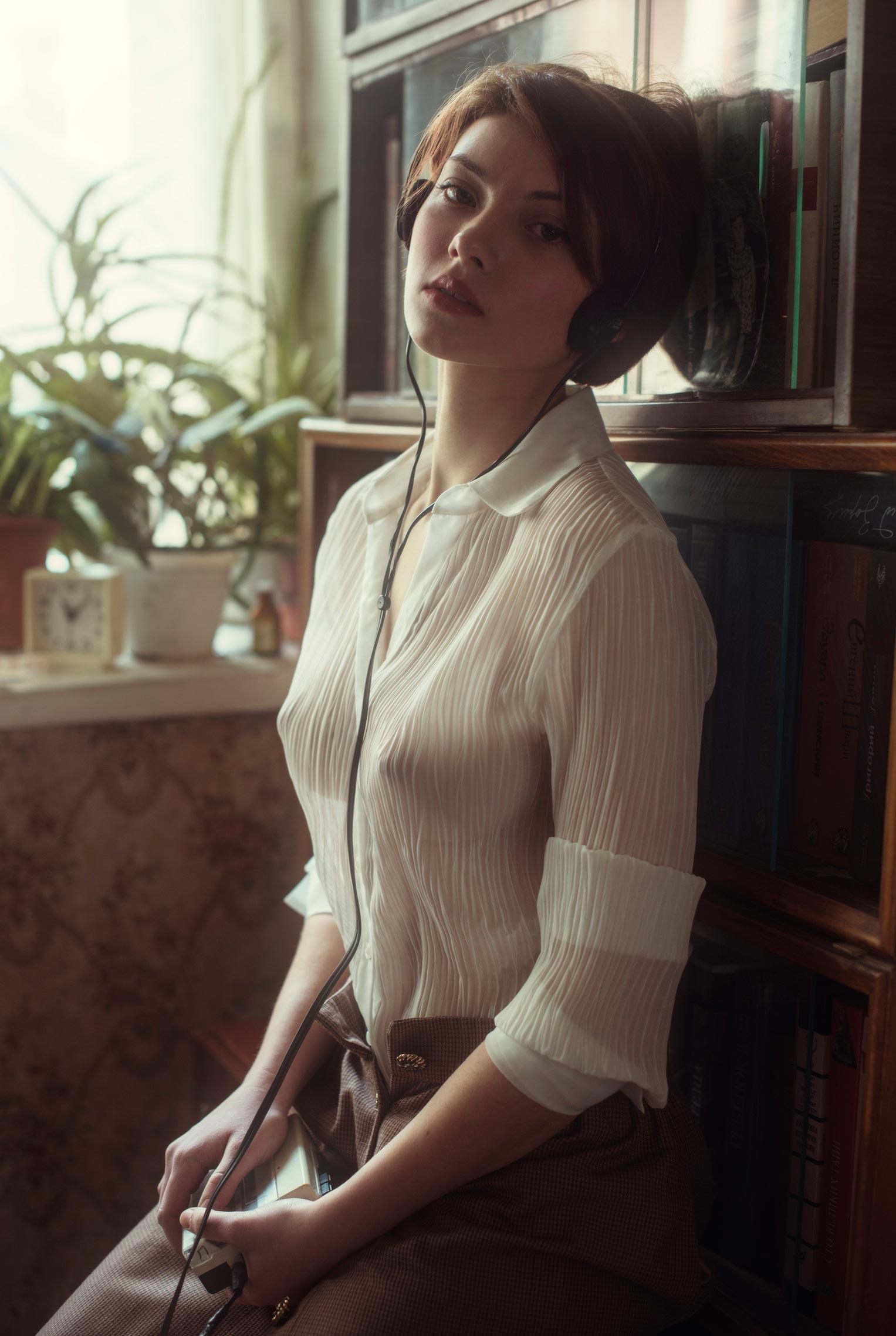 Сексуальная фотомодель Sophie la Sage в интерьерах старой советской квартиры / фото 04