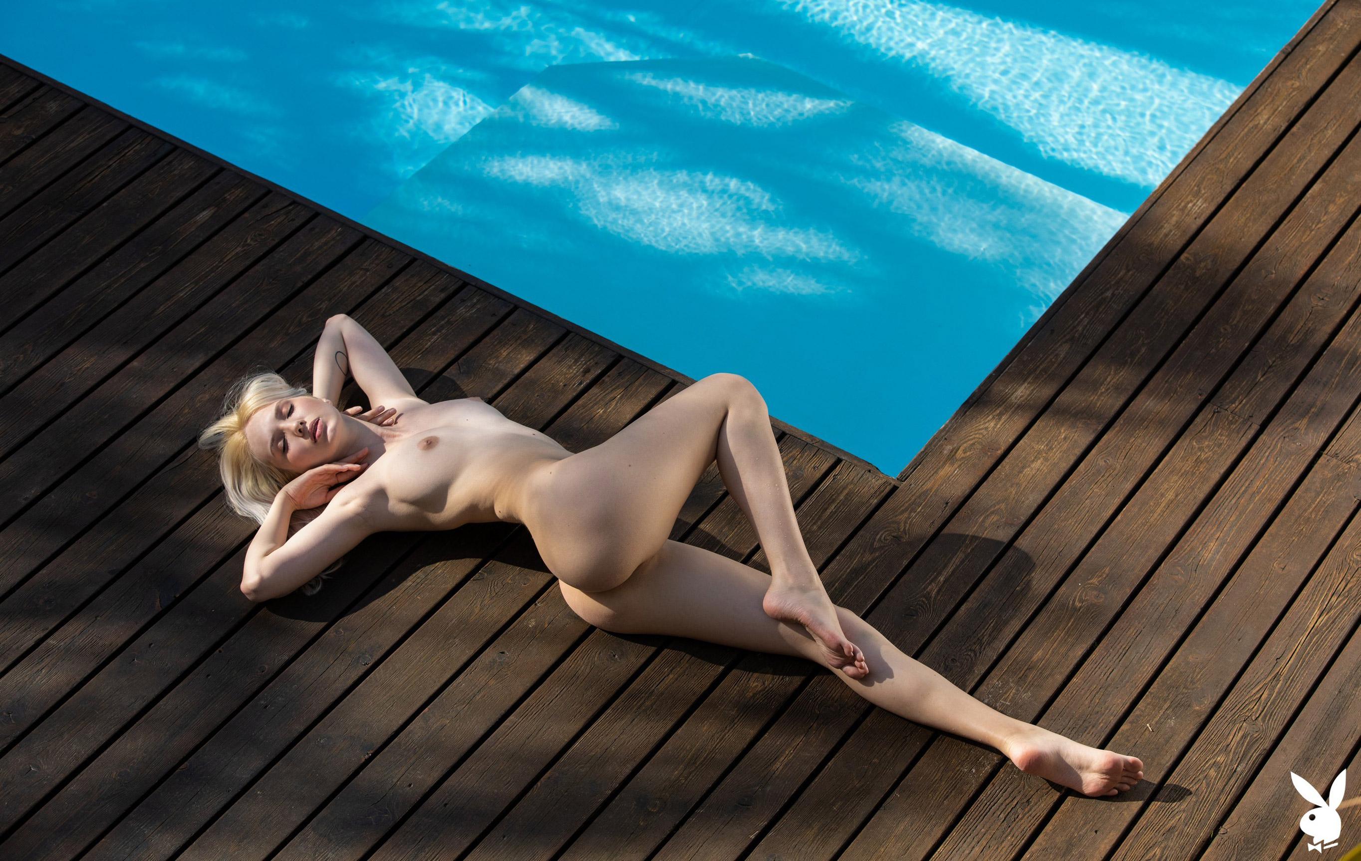 Голая Моника отдыхает у бассейна в тропиках / фото 15