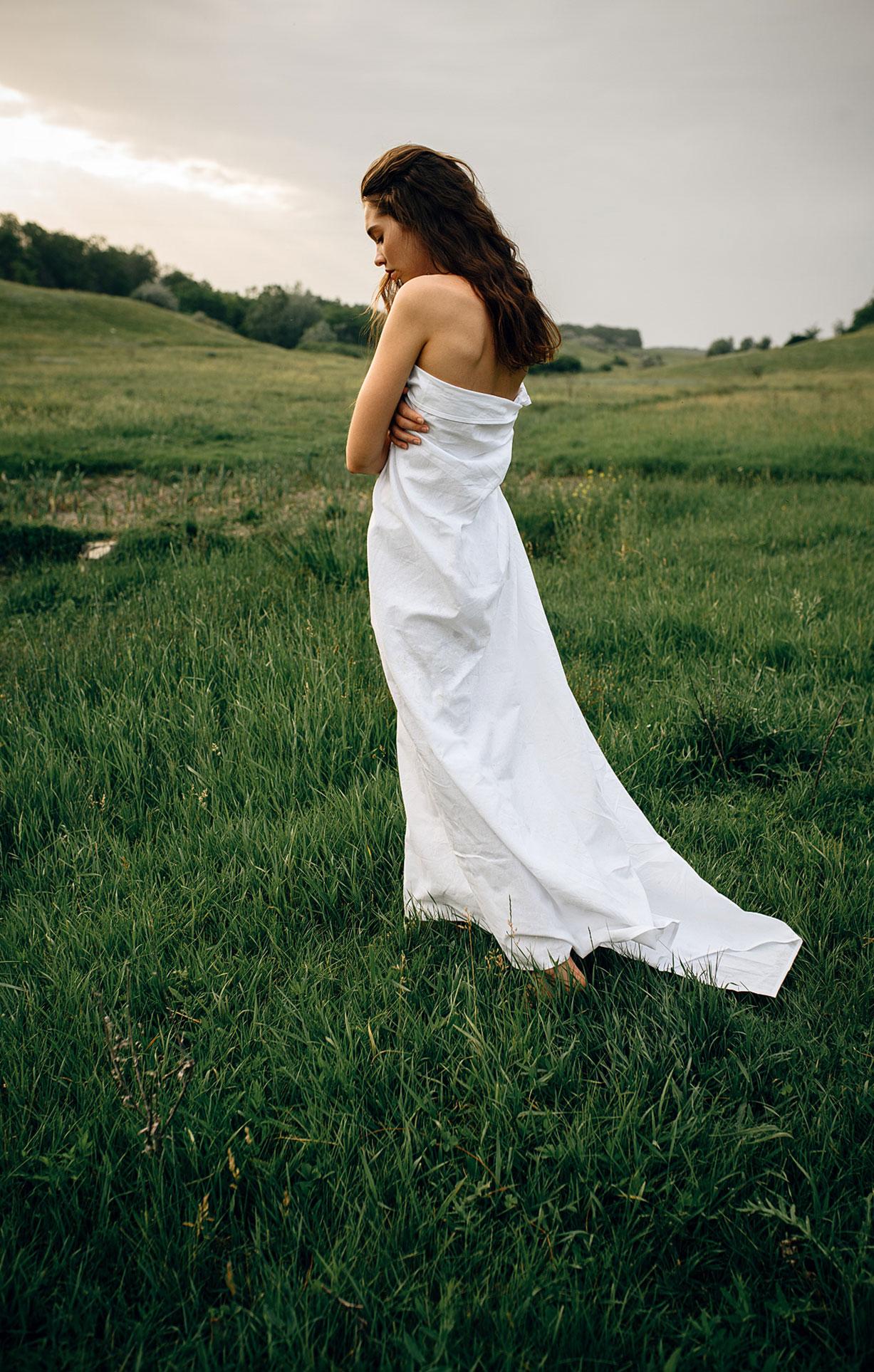 Прогулка с красивой девушкой в летнем поле / фото 13