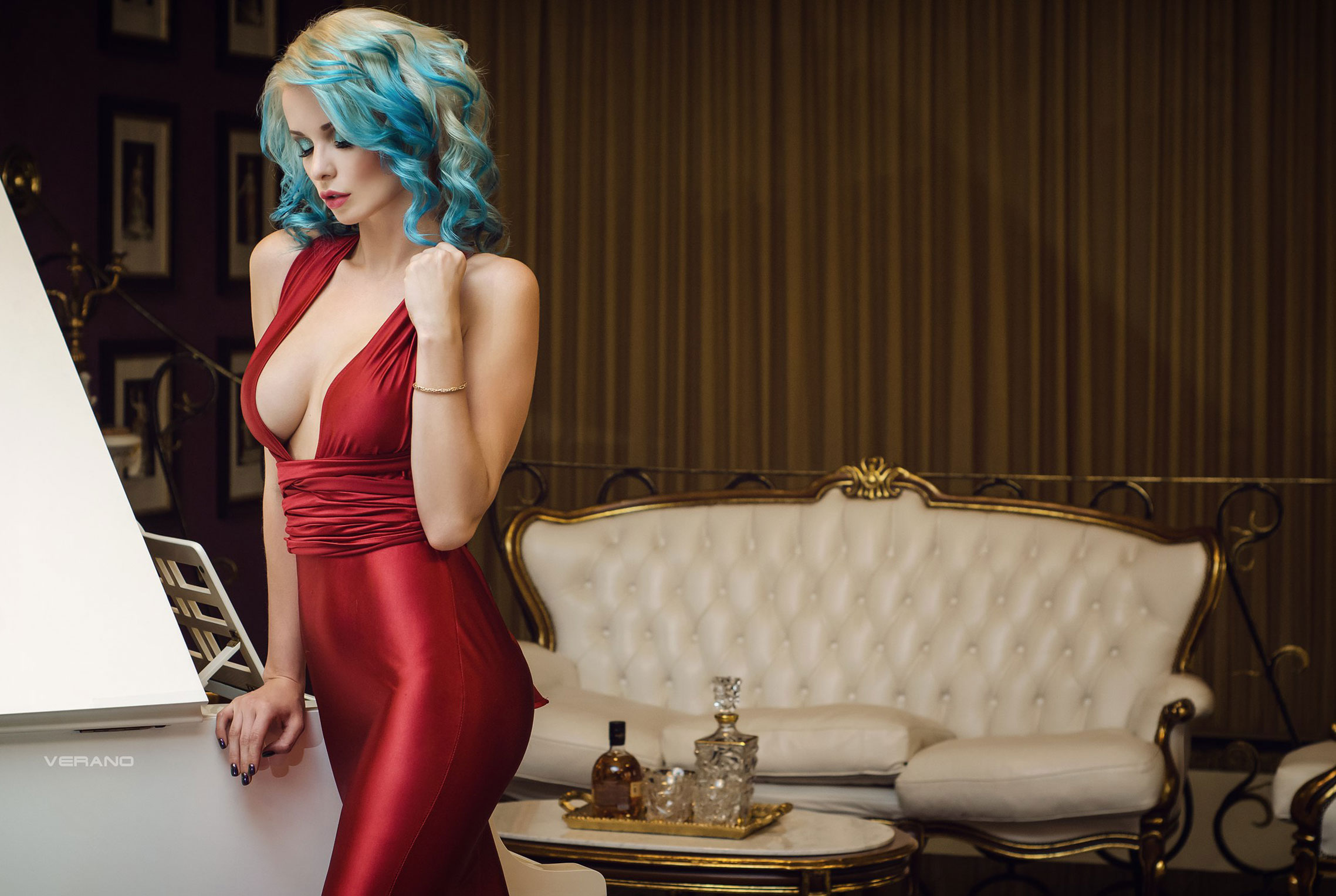 синеволосая Екатерина Енокаева в красном платье с белой собачкой / фото 04