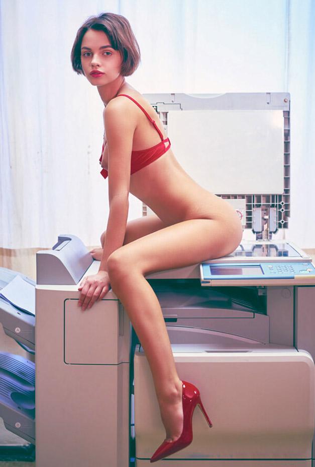 голая Наташа Удовенко сидит на ксероксе в немецком офисе / фото 01