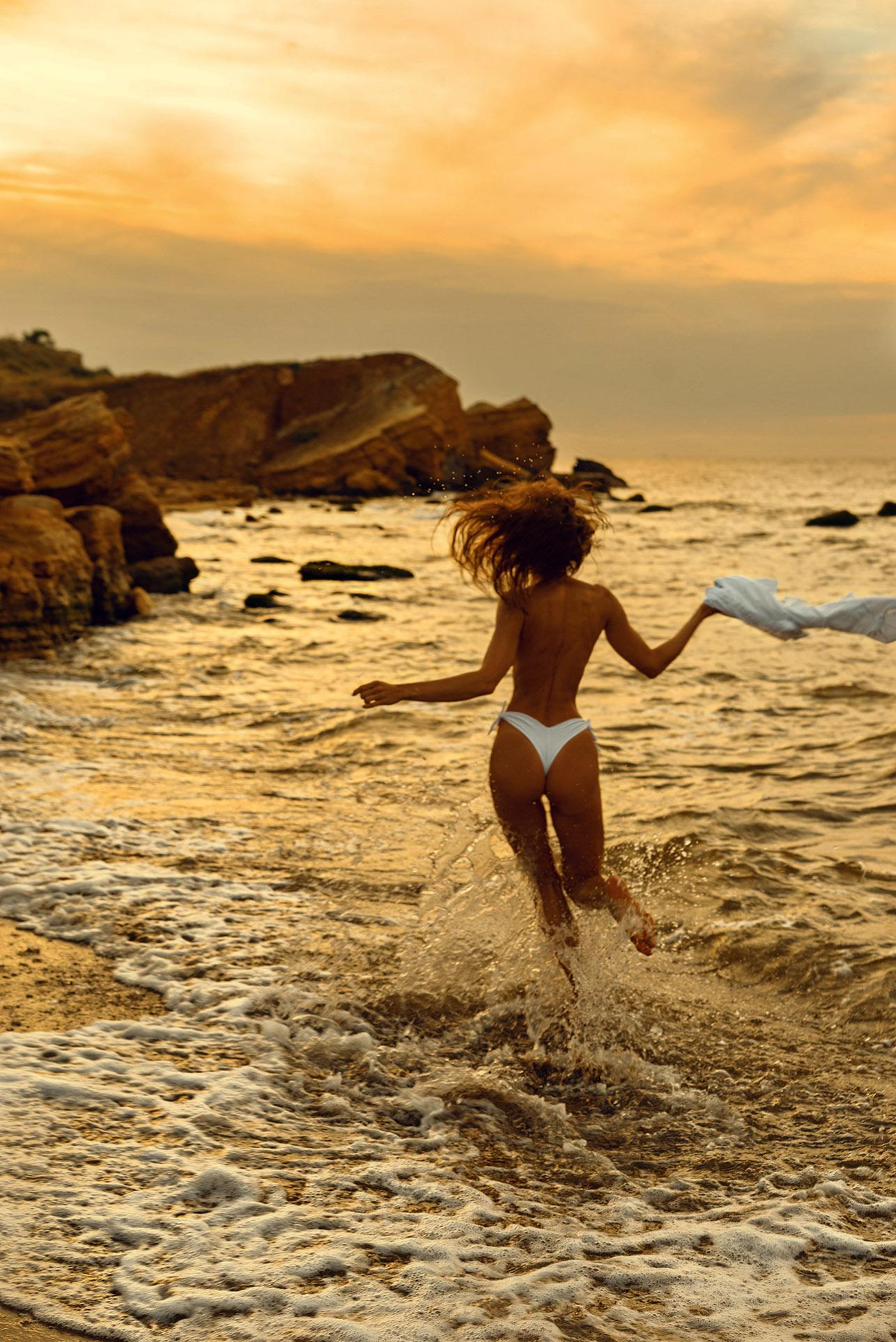 Утро на пляже с сексуальной полуголой красавицей / фото 07