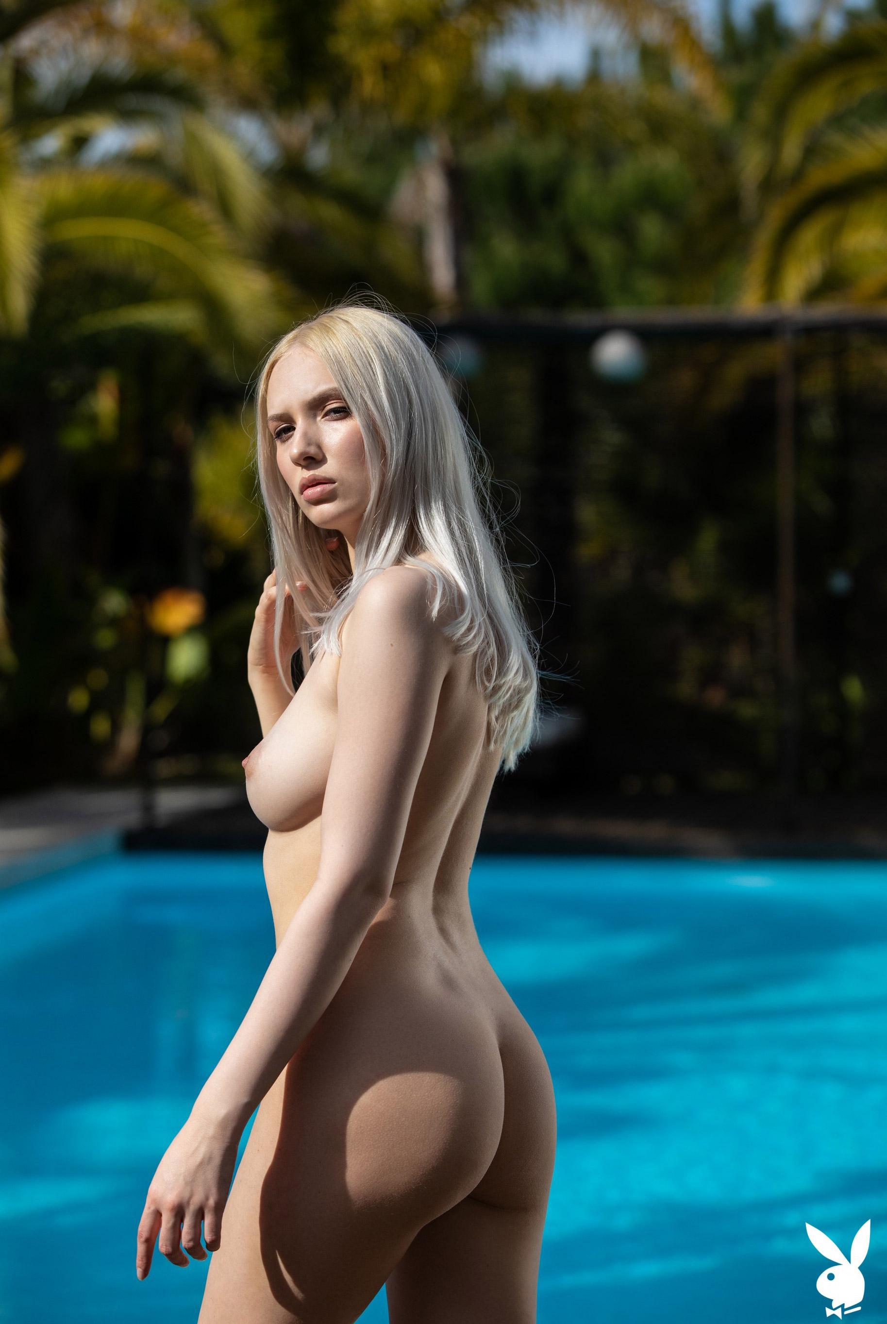 Голая Моника отдыхает у бассейна в тропиках / фото 06