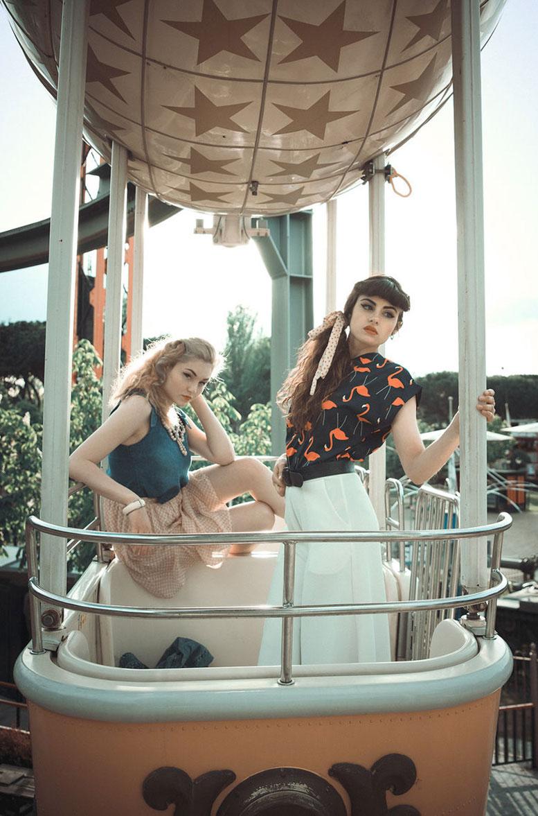Девушки отдыхают в парке развлечений в стиле 1950-х годов / фото 14