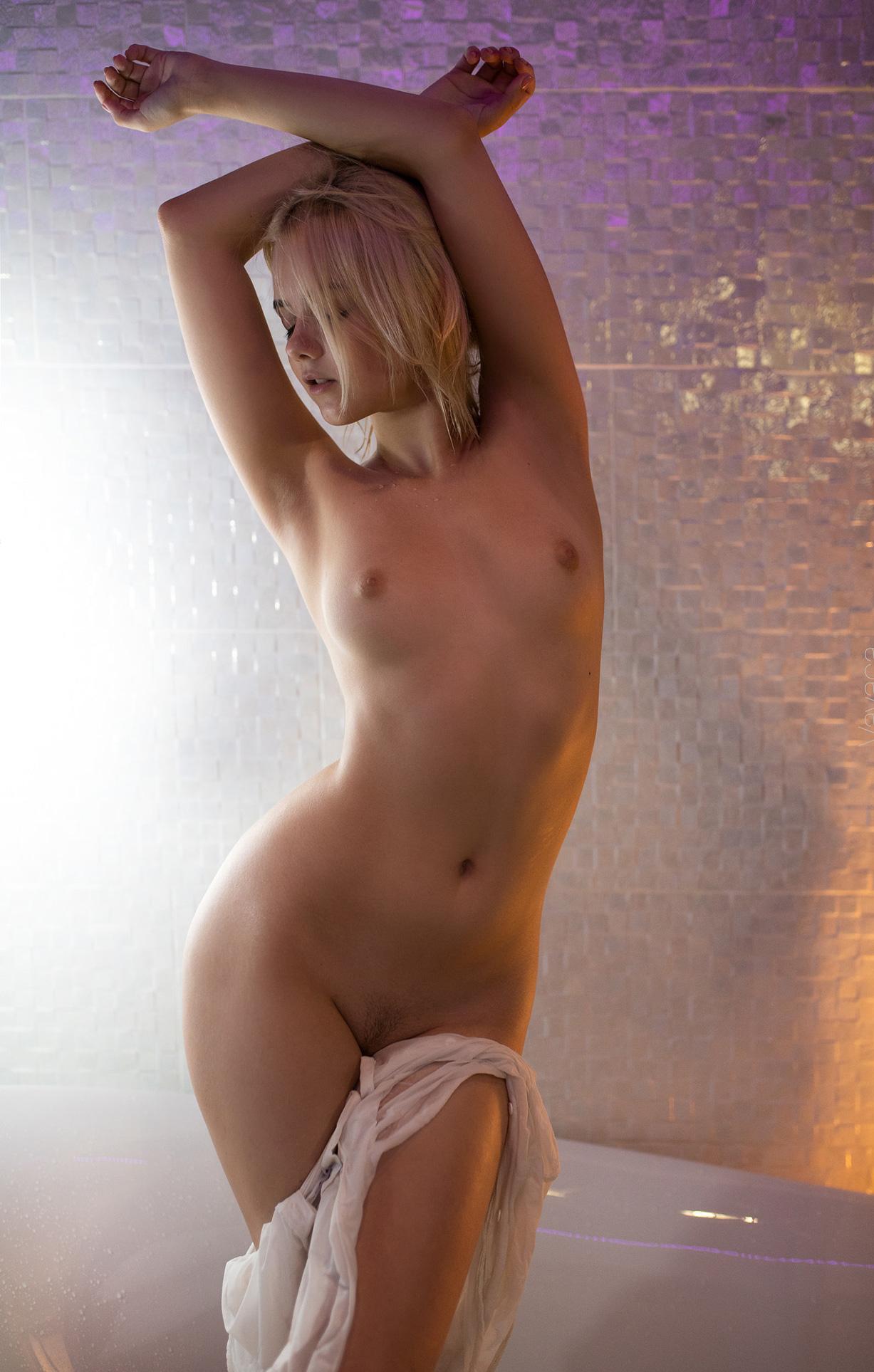 Сексуальная Виктория Соколова принимает душ / Victoria Sokolova nude by Vladimir Nikolaev