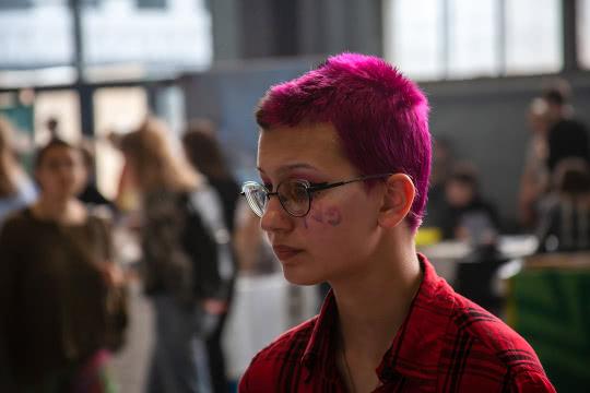 Модница с красными волосами