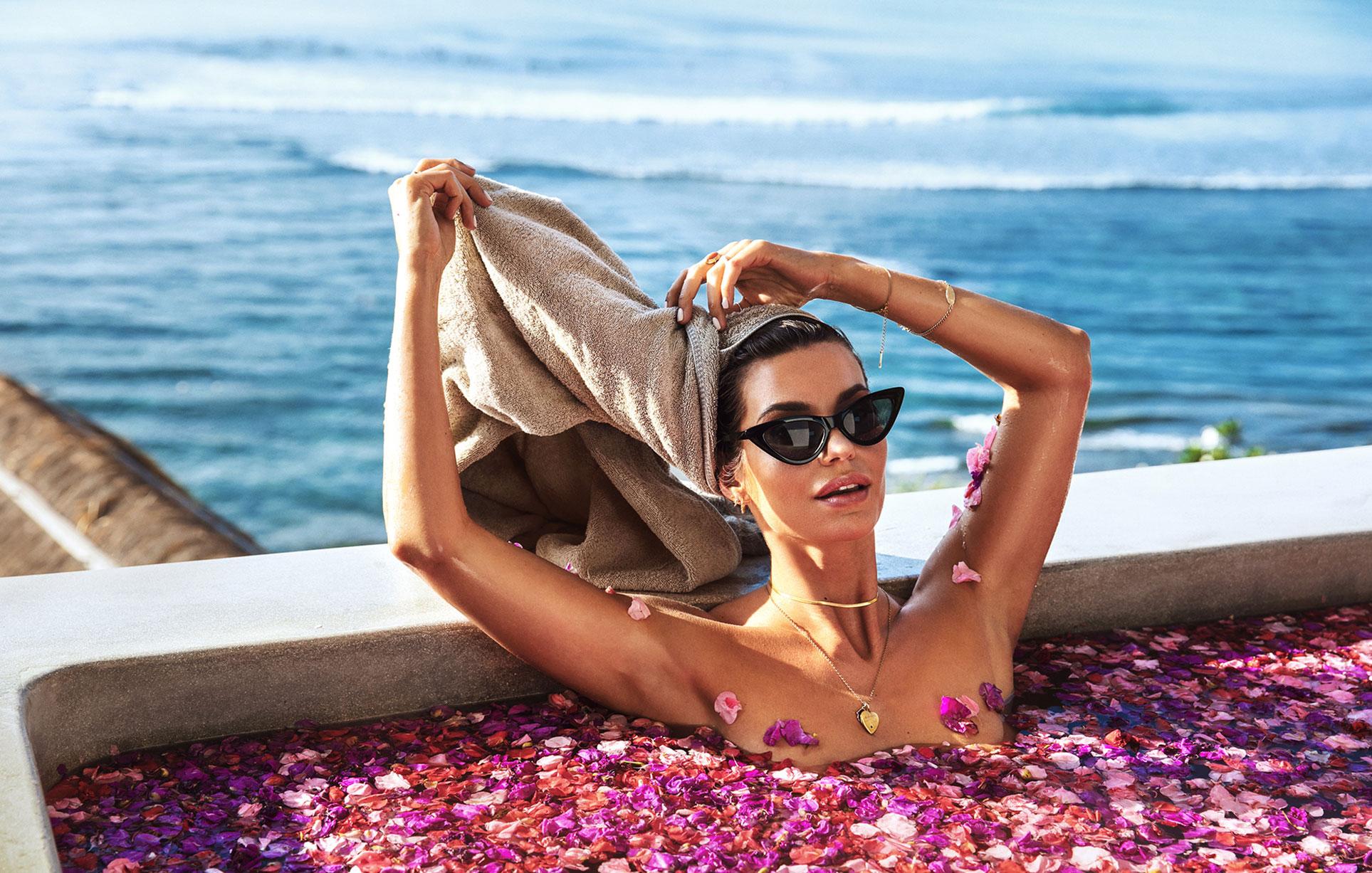 Сексуальная голая девушка в бассейне, заполненном лепестками роз в отеле с шикарным видом на острове Бали / фото 03